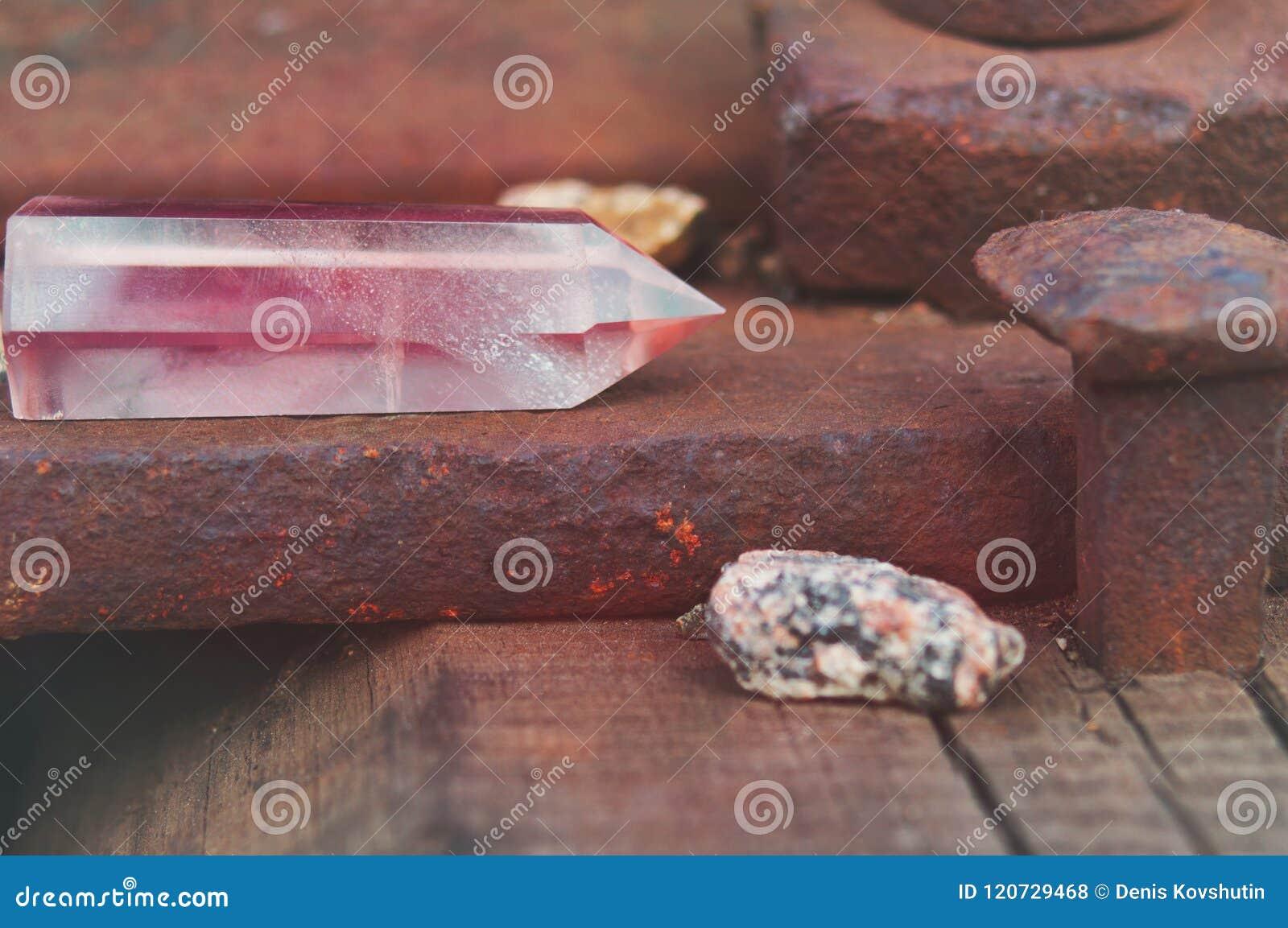Wielki przejrzysty mistyczny faceted kryształ barwiony różowy ametyst, chalcedon na poręcze na przemysłowym tła zakończeniu