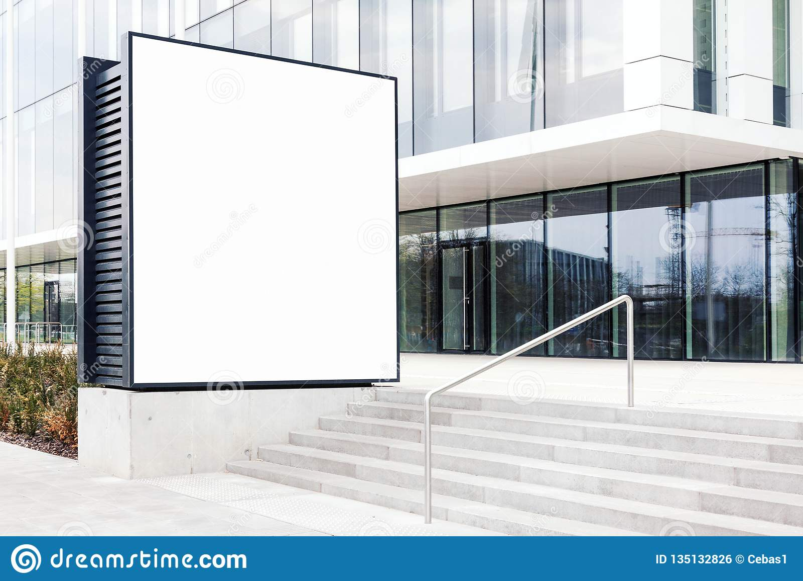 Wielki pusty plenerowy billboarda szablon z biel kopii przestrzenią