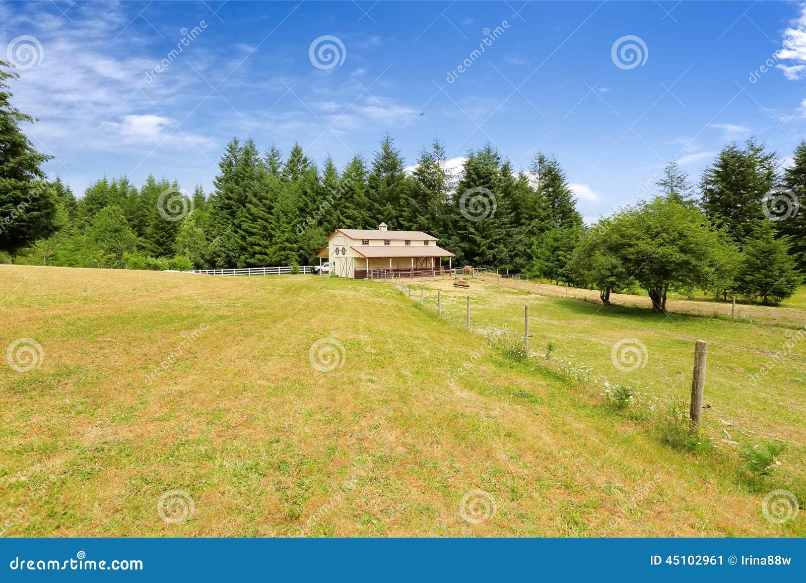 Wielki rolny pole z pustą końską stajnią