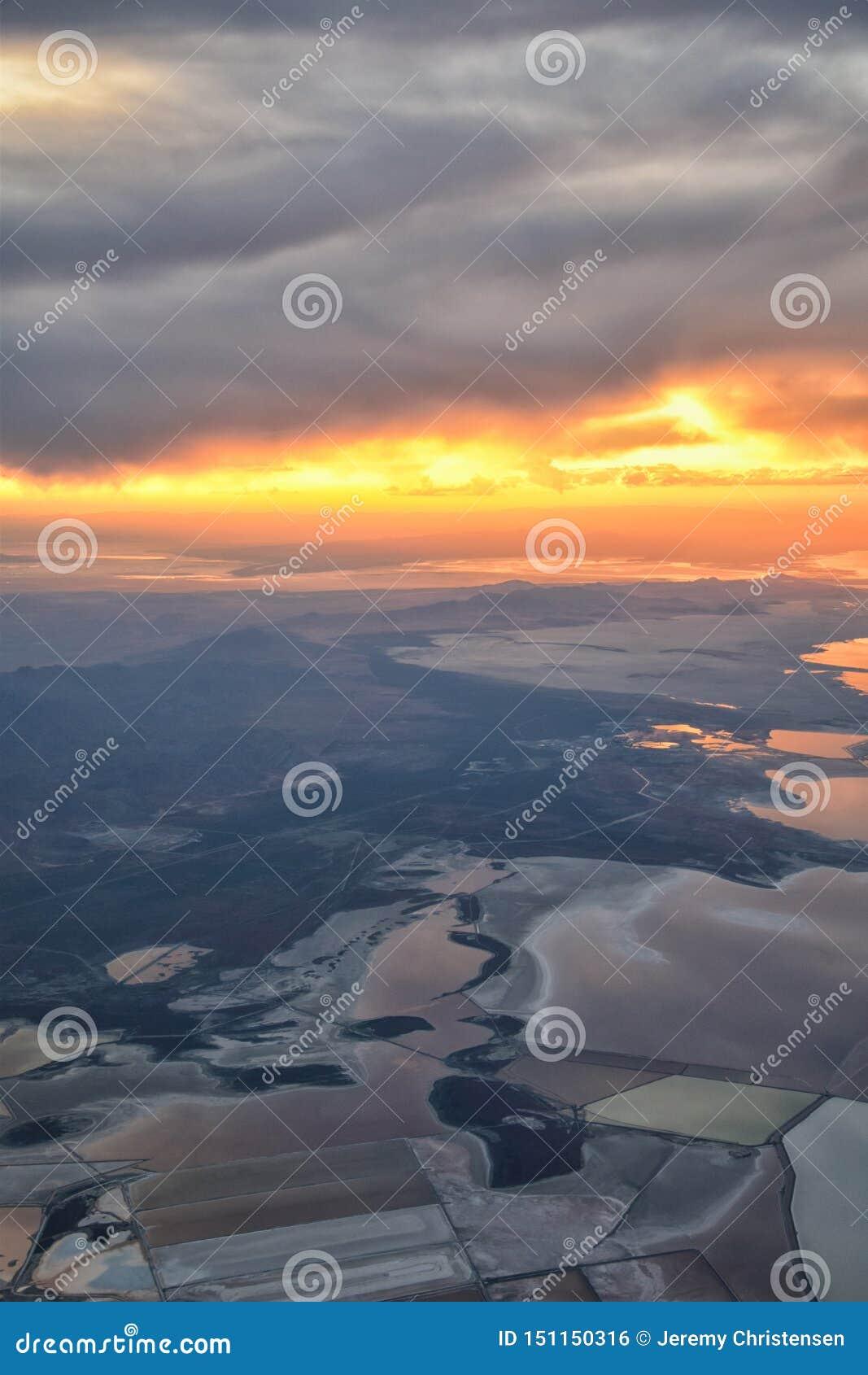 Wielki Salt Lake zmierzchu widok z lotu ptaka od samolotu w Wasatch Skalistym pasmie górskim, ogólnym cloudscape Utah i krajobraz