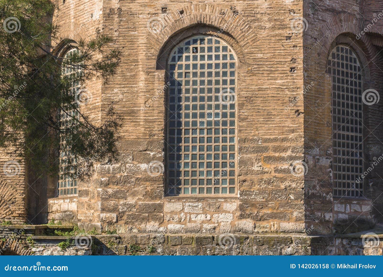Wielki stary okno w antycznym budynku Gotyka stylu okno i ściana
