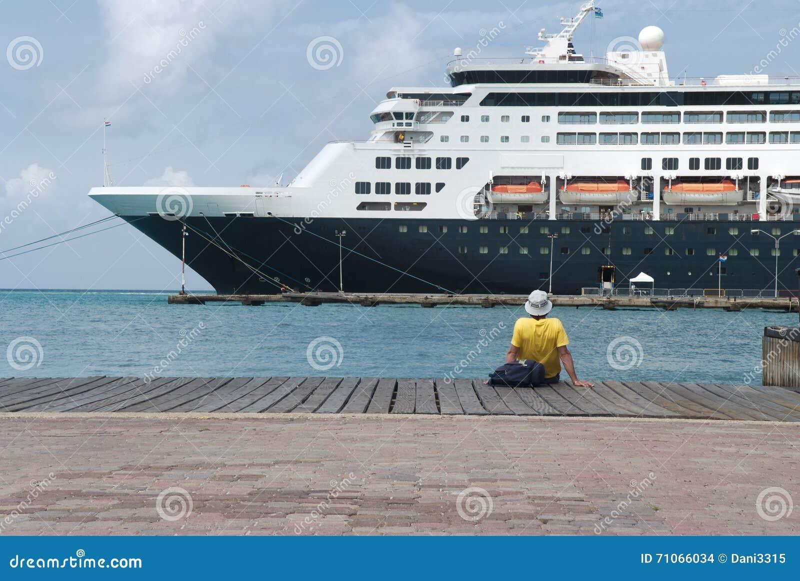 Wielki statek wycieczkowy dokował przy portem Aruba