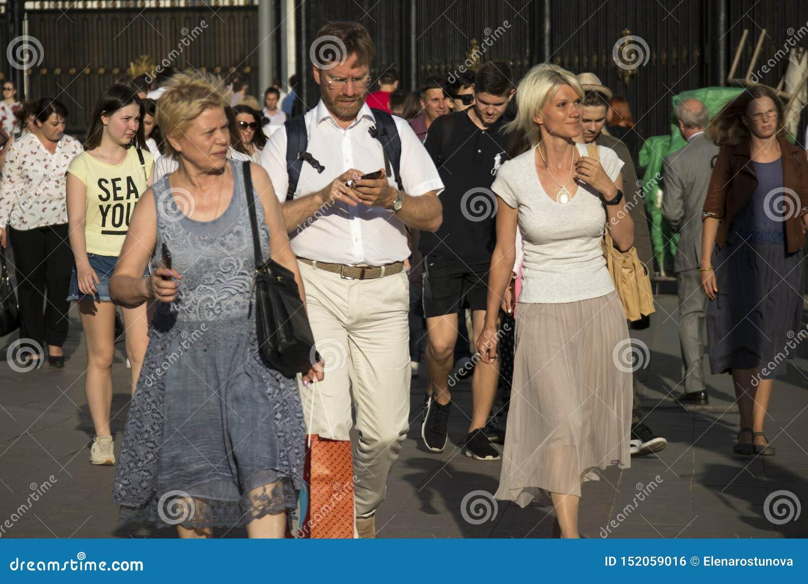 Wielki tłum ludzie dostaje z metra na słonecznym dniu