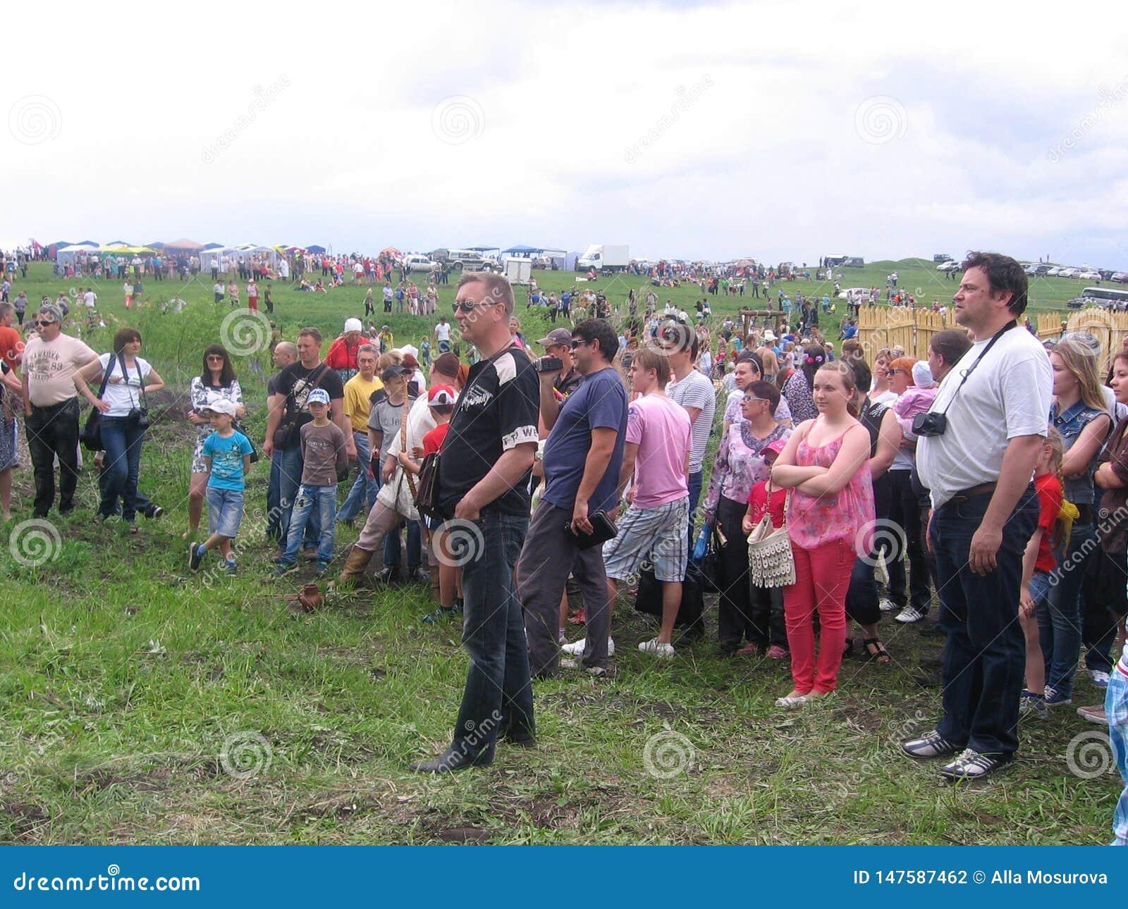 Wielki tłum widzów ludzie zbierał oglądać widowisko w łące w lecie Kolyvan 2013