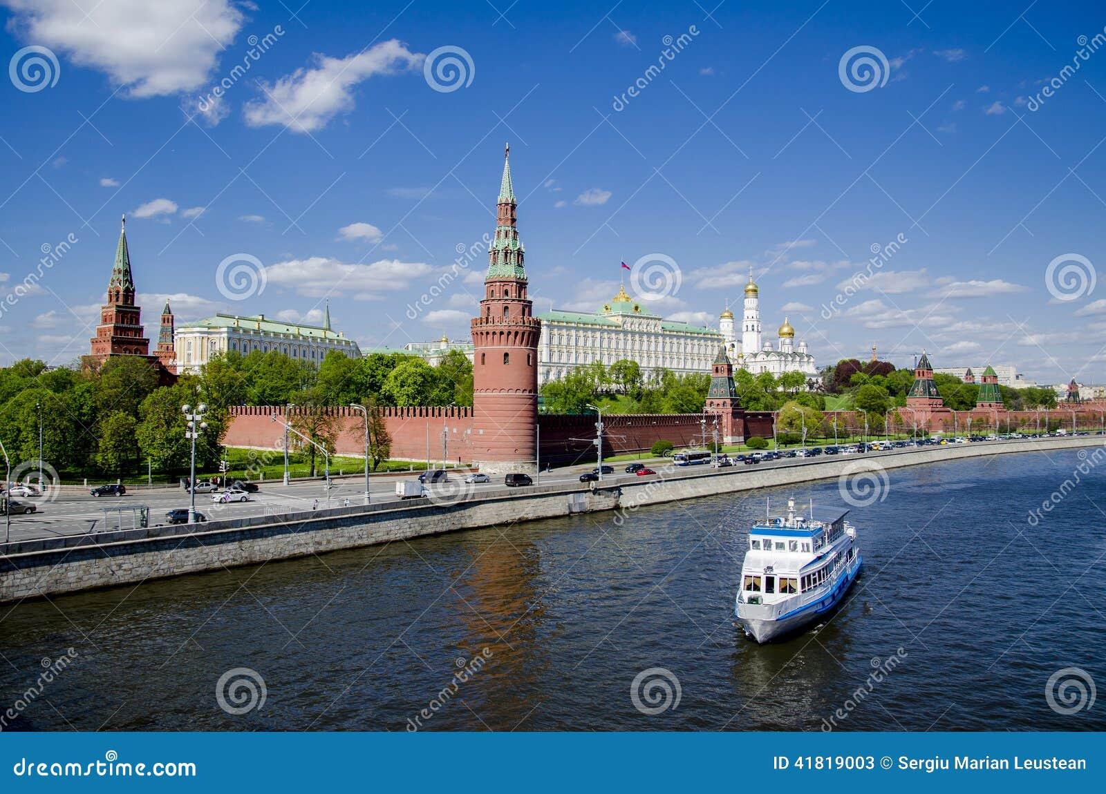 Wielki widok Kremlowska pałac i Moskwa rzeka, widok od mosta