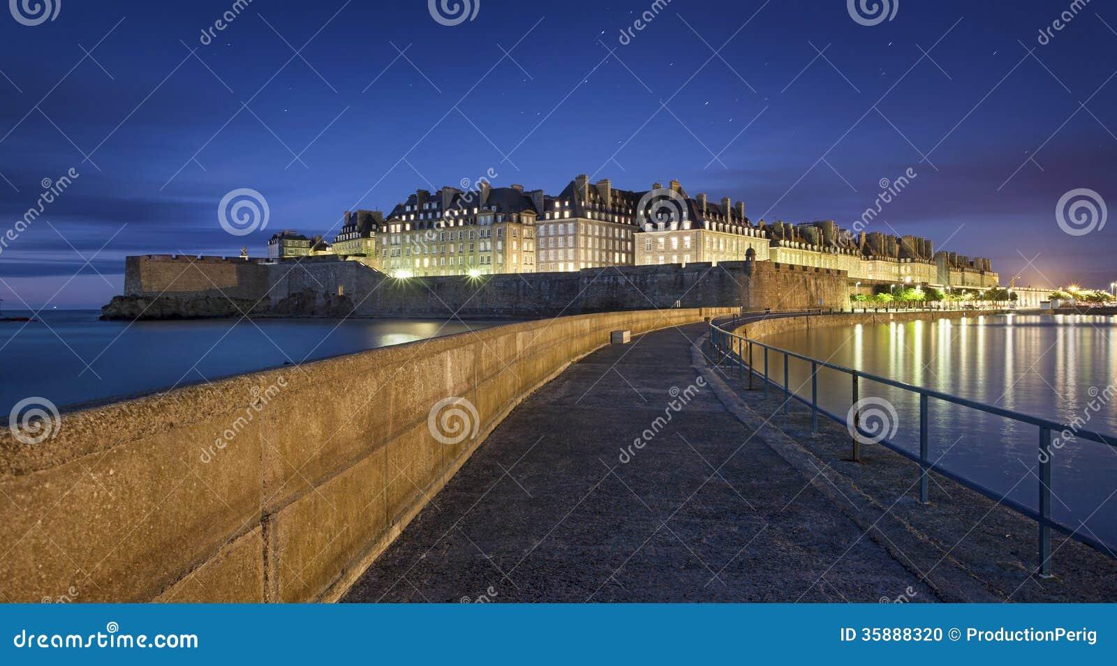 Wielki widok przy nocą fortificated grodzki święty w Britanny, Francja -
