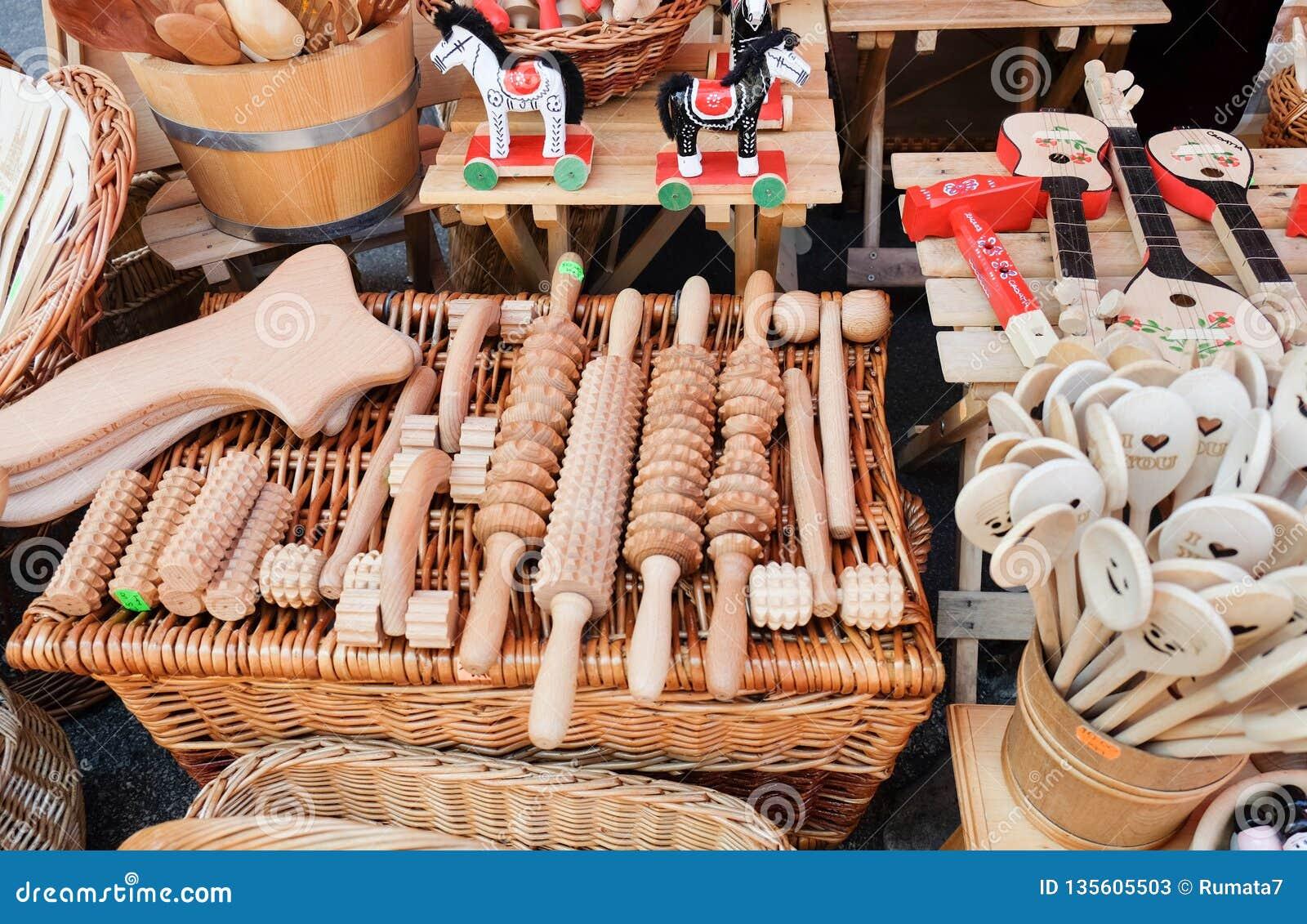 Wielki wybór drewniani masaży przyrząda, kitchenware dla sprzedaży przy Dolac i, środkowi rolnicy targowi zagreb