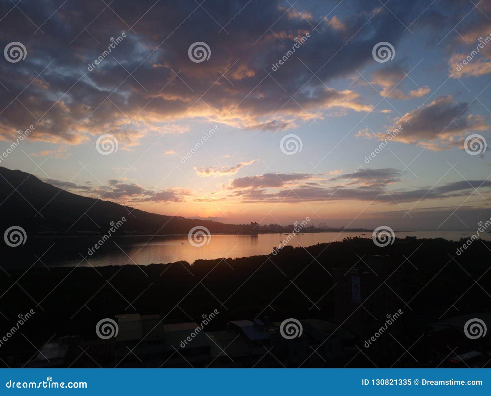 Wielkie chmury i niebieskie niebo kombinacja