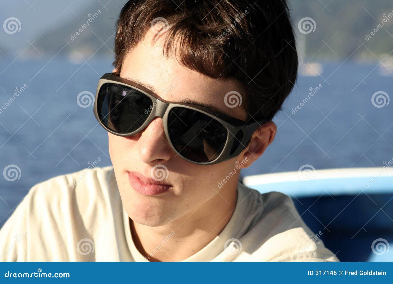 Wielkie okulary przeciwsłoneczne nastolatków.