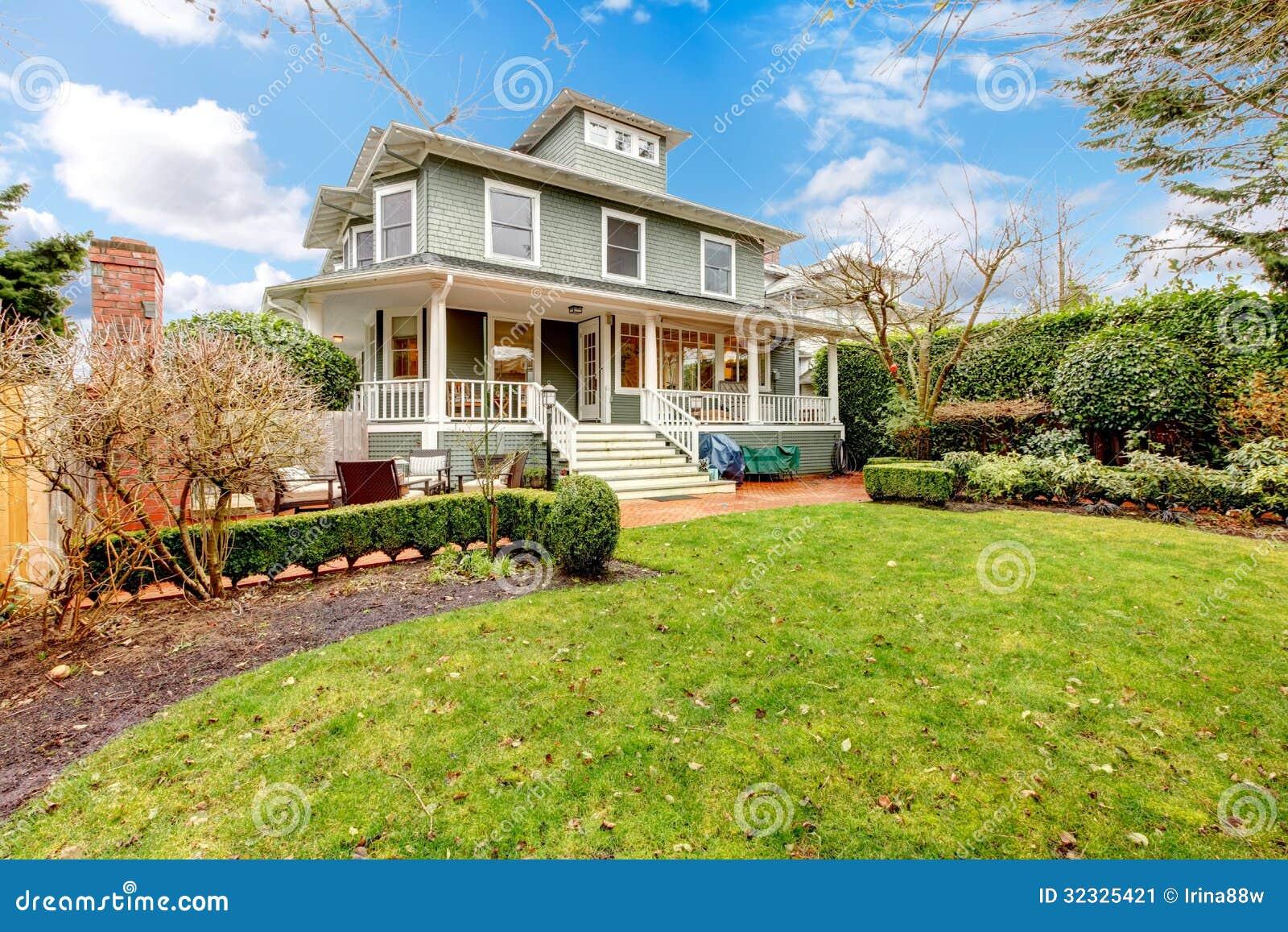 Wielkiego luksus zieleni rzemieślnika amerykanina domu klasyczna powierzchowność.