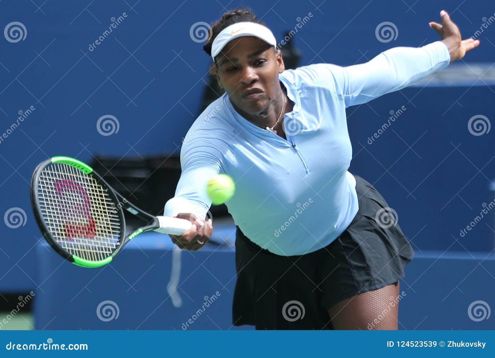 Wielkiego Szlema mistrza Serena Williams praktyki dla 2018 us open przy Billie Cajgowego królewiątka tenisa Krajowym centrum