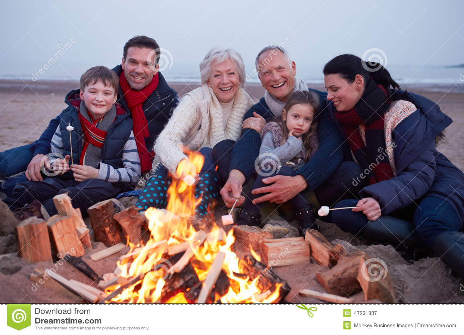 Wielo- pokolenie rodzina Ma grilla Na zimy plaży