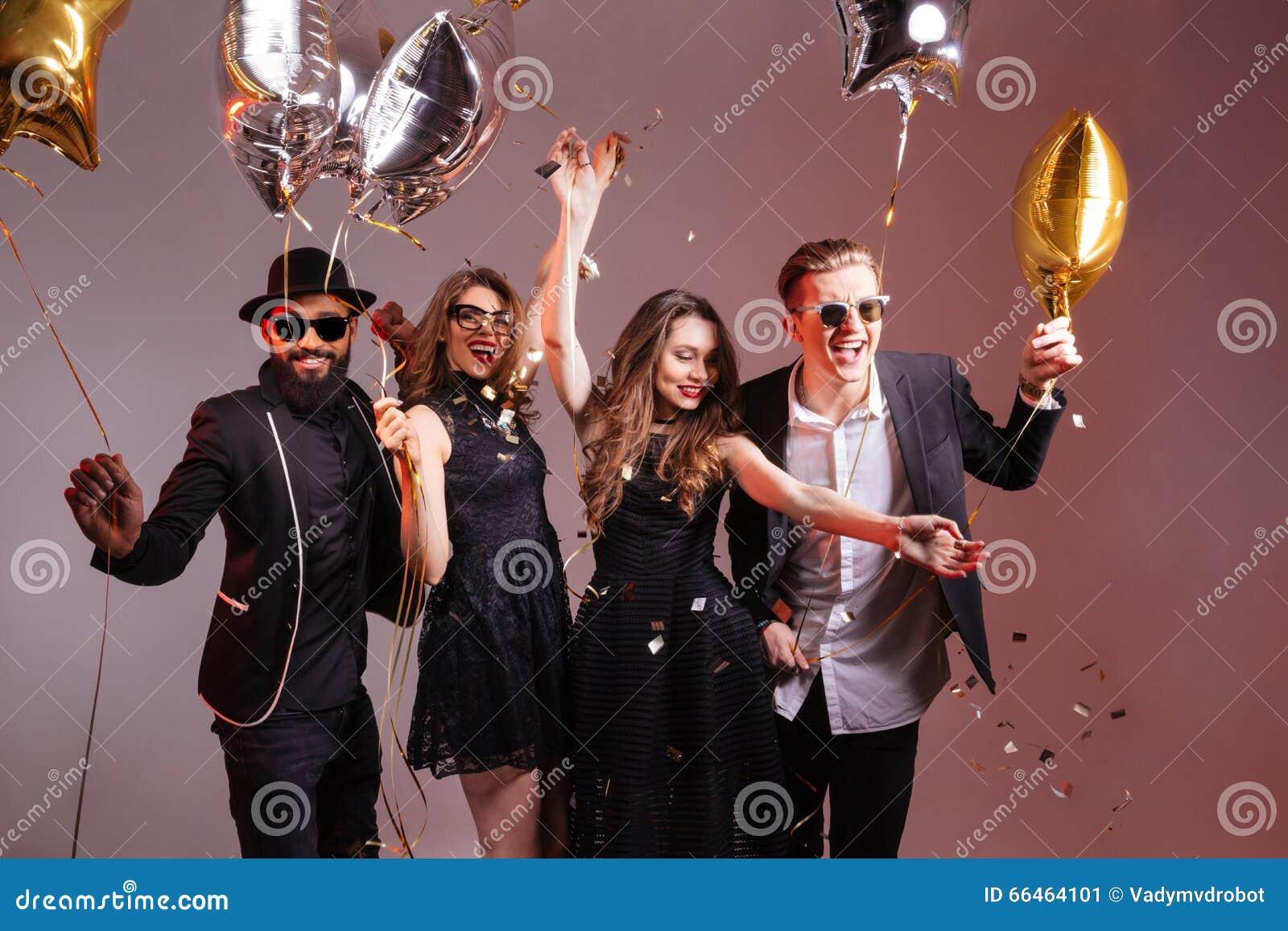Wieloetniczna grupa młodzi uśmiechnięci ludzie tanczy przyjęcia i ma