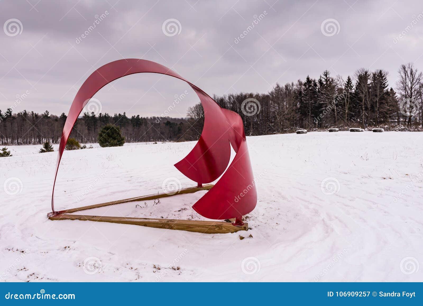 Wieloryba ogon II Cazenovia, NY - Kamienny łupu wzgórza sztuki park -