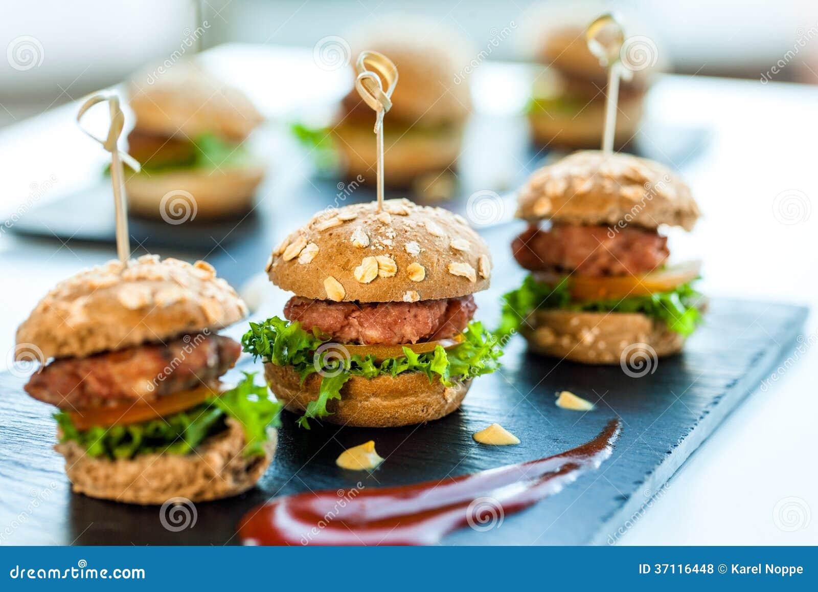Wieloskładnikowi minimalni wołowina hamburgery.
