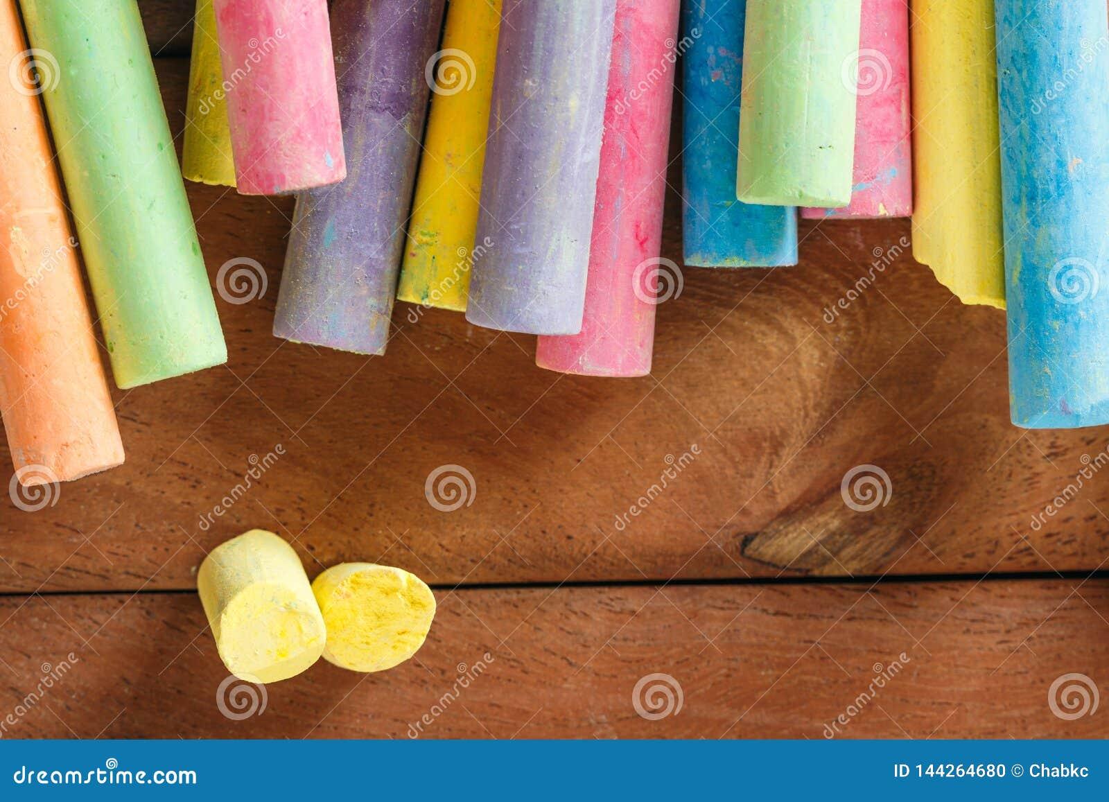 Wielosk?adnikowa kolorowa kreda na drewnianym
