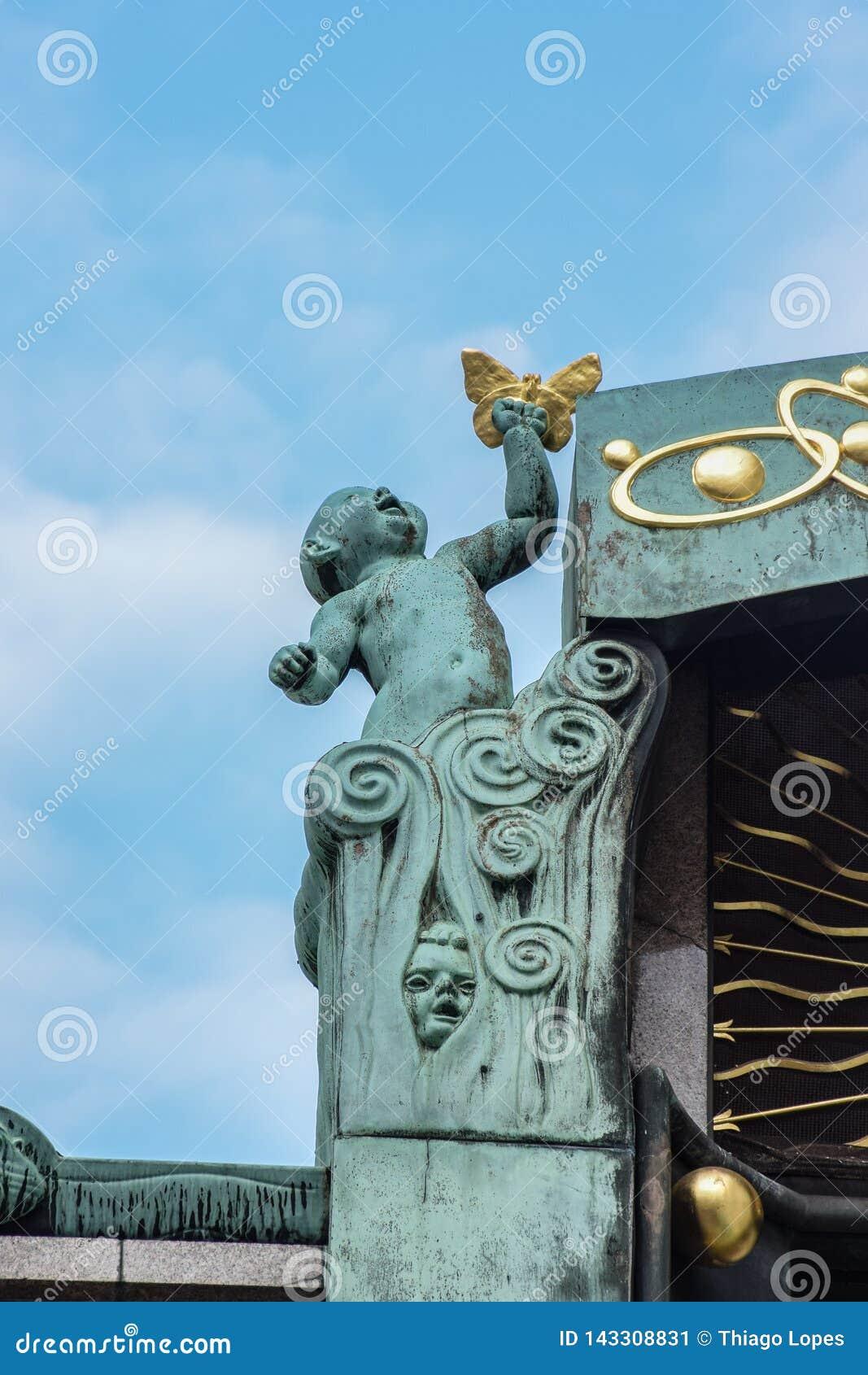 Wien, Österreich - September, 15, 2019: Baby mit einem Schmetterling, der Geburt und das Leben, Teil der Anker-Uhr darstellt