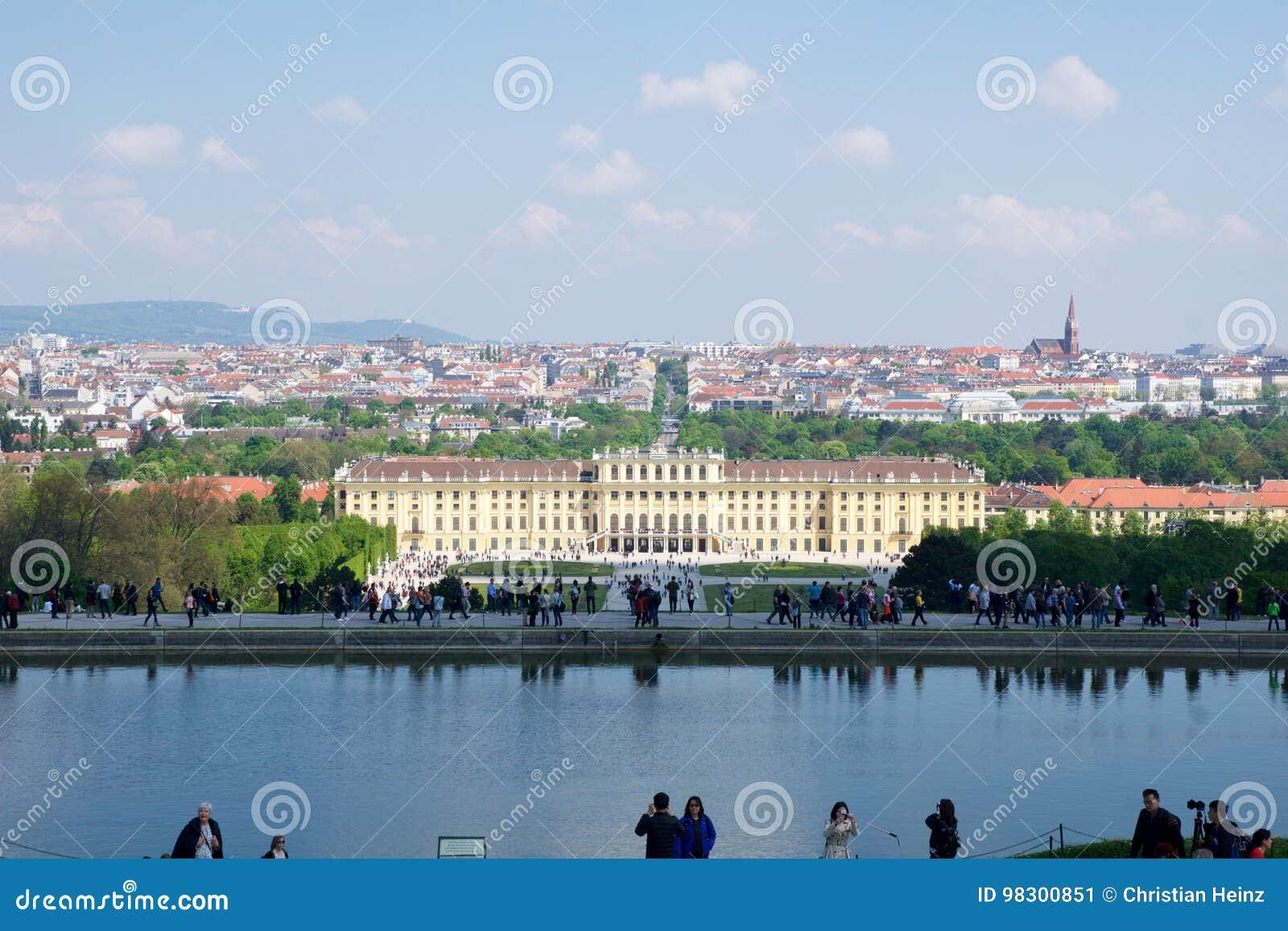 WIEN ÖSTERRIKE - APRIL 30th, 2017: Klassisk sikt av den berömda Schonbrunn slotten med den stora Parterreträdgården med folk