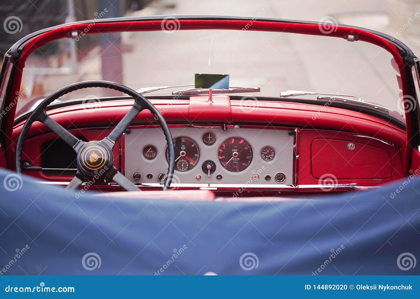 Wien Österrike - Juni 06, 2018: Inre av den röda retro bilen
