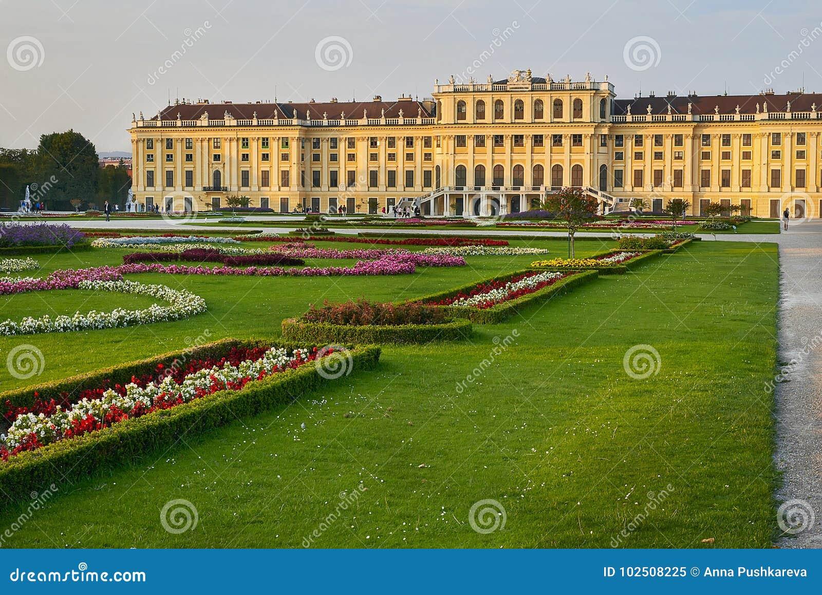 Wien Österrike - September 25, 2013: Schonbrunn slott och trädgårdar Den tidigare imperialistiska sommaruppehållet Slotten är en