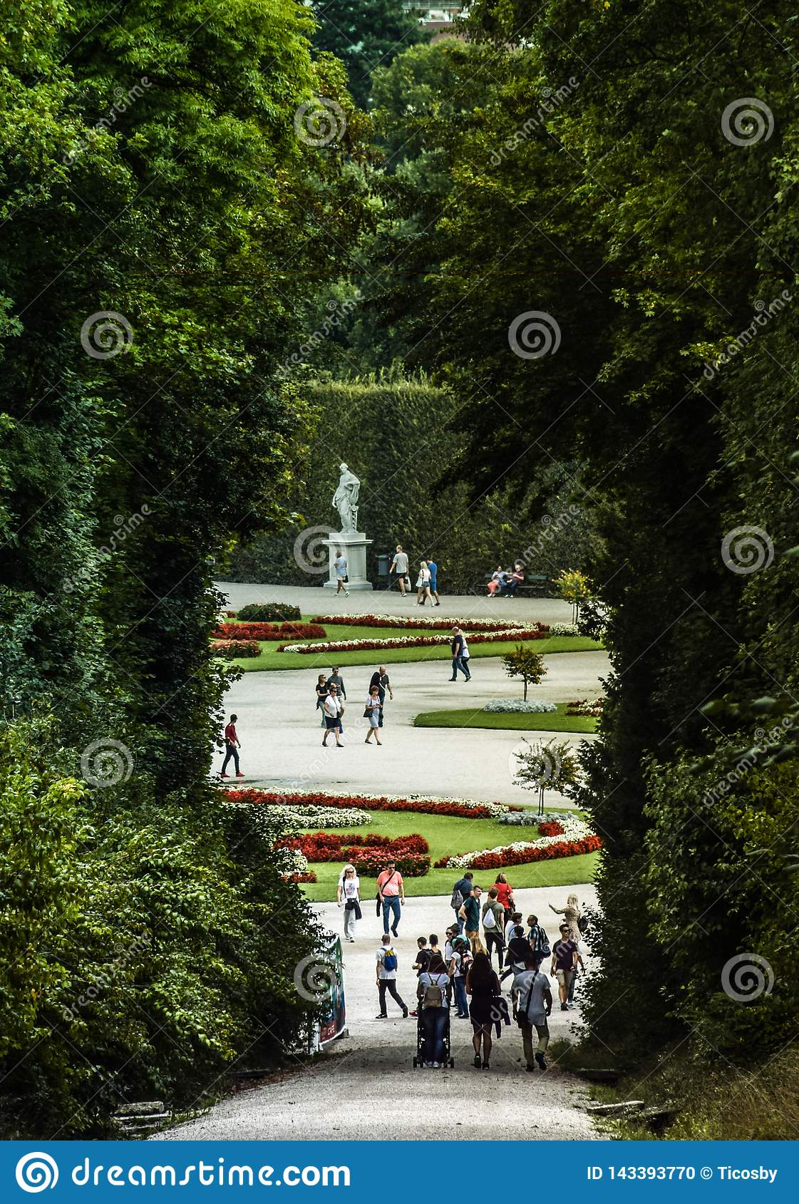 Wien Österrike, September, 15, 2019 -: Turister som går på trädgårdarna av den Schonbrunn slotten, ett tidigare imperialistiskt