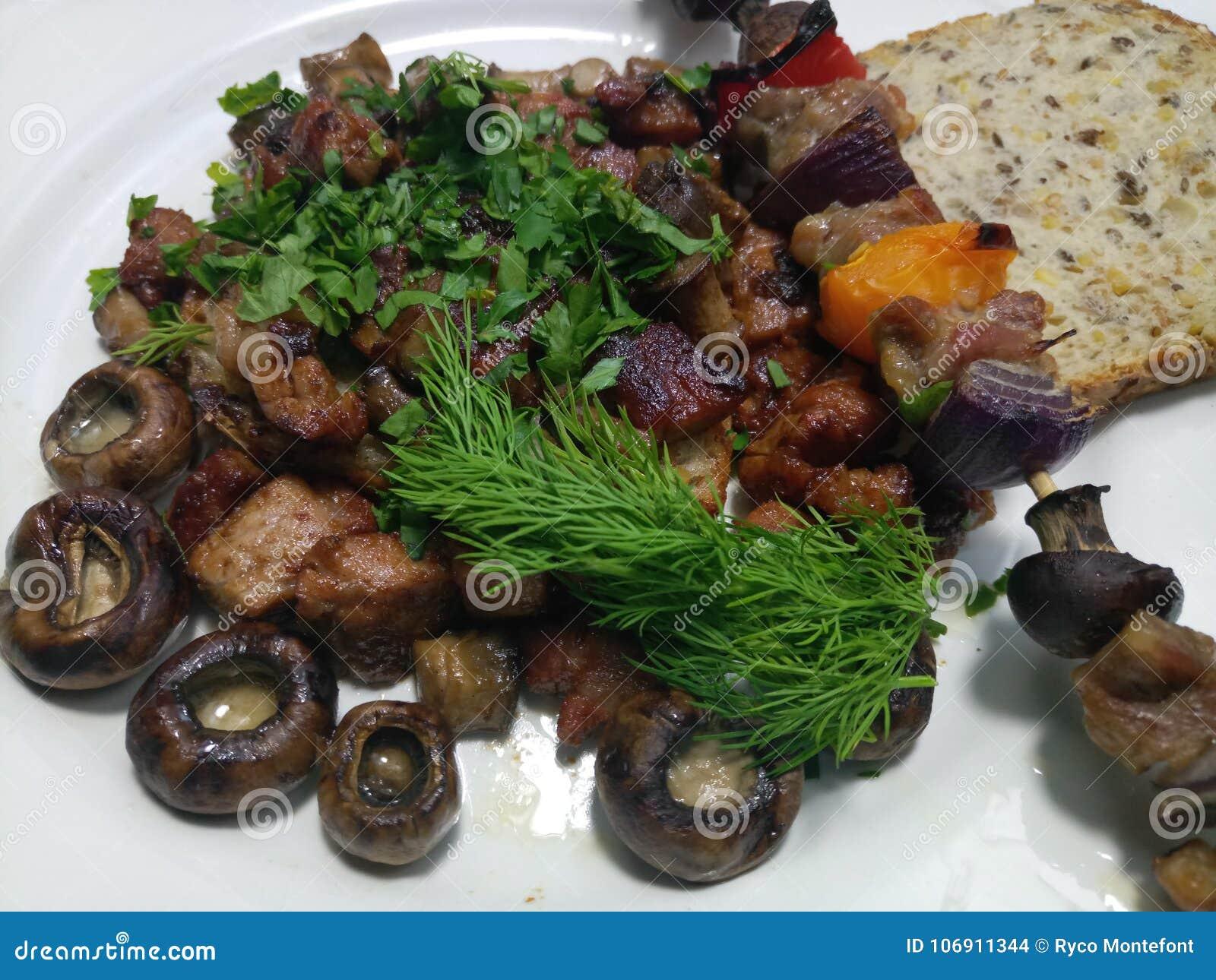 Wieprzowin skewers i dices na talerzu