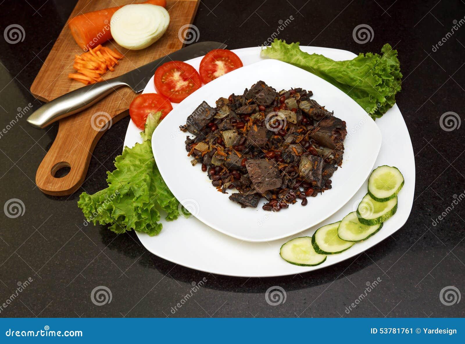 Wieprzowiny wątróbka stewed z cebulami i fasolami marchwianymi i czerwonymi