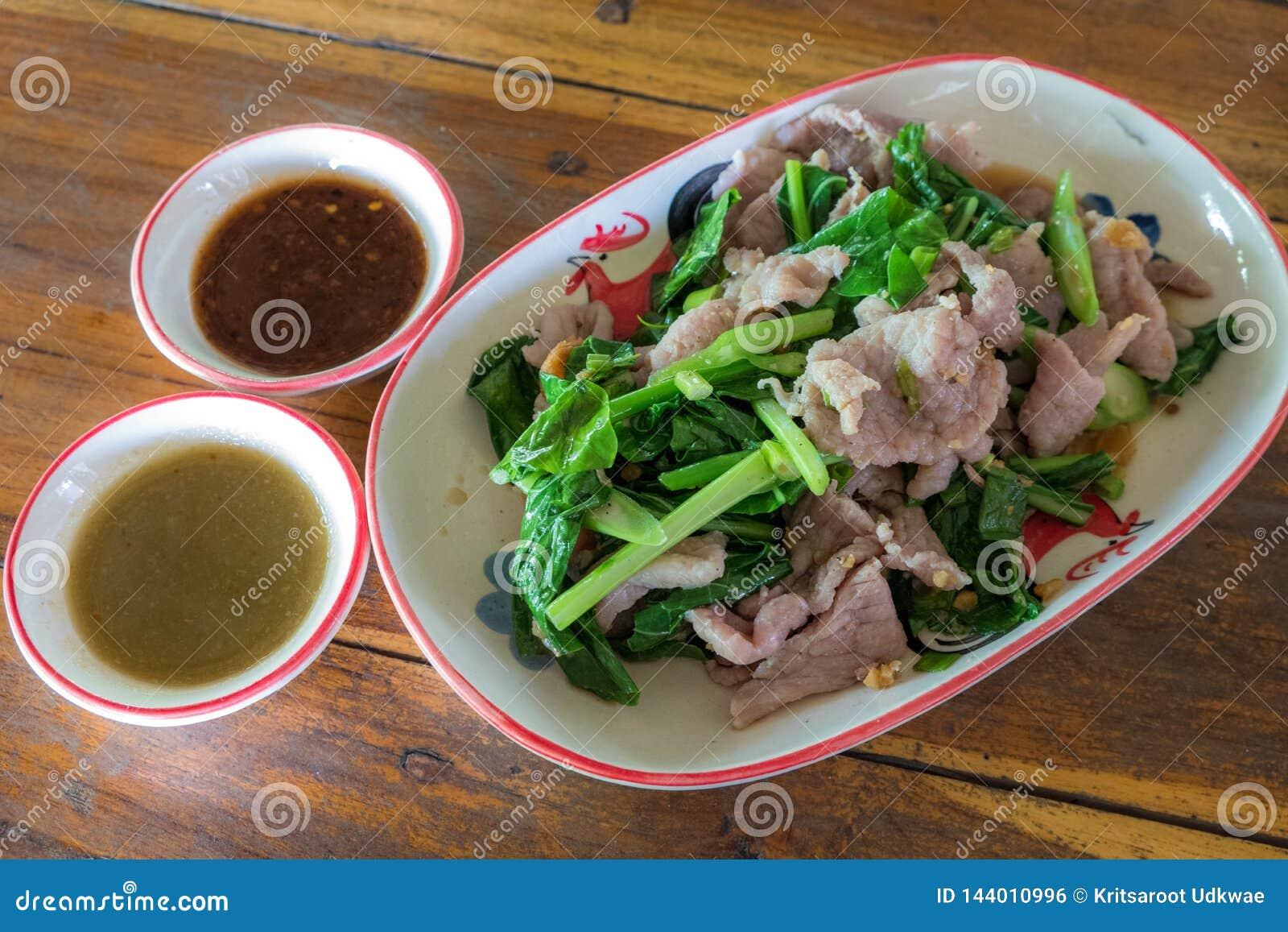 Wieprzowiny warzywo z korzennym źródłem i czyrak tajskie jedzenie
