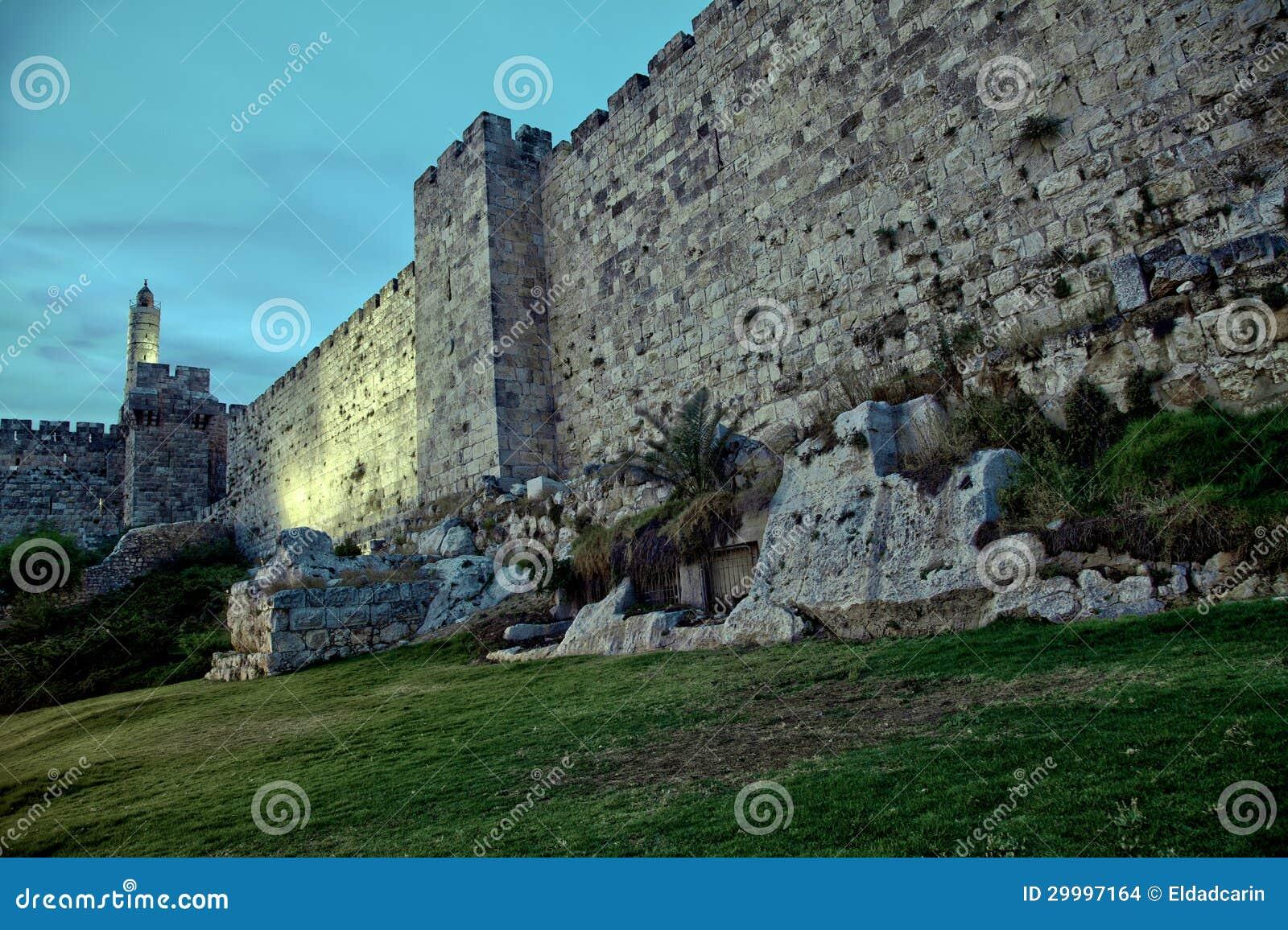 Wierza David i Stara Jerozolimska miasto ściana przy półmrokiem