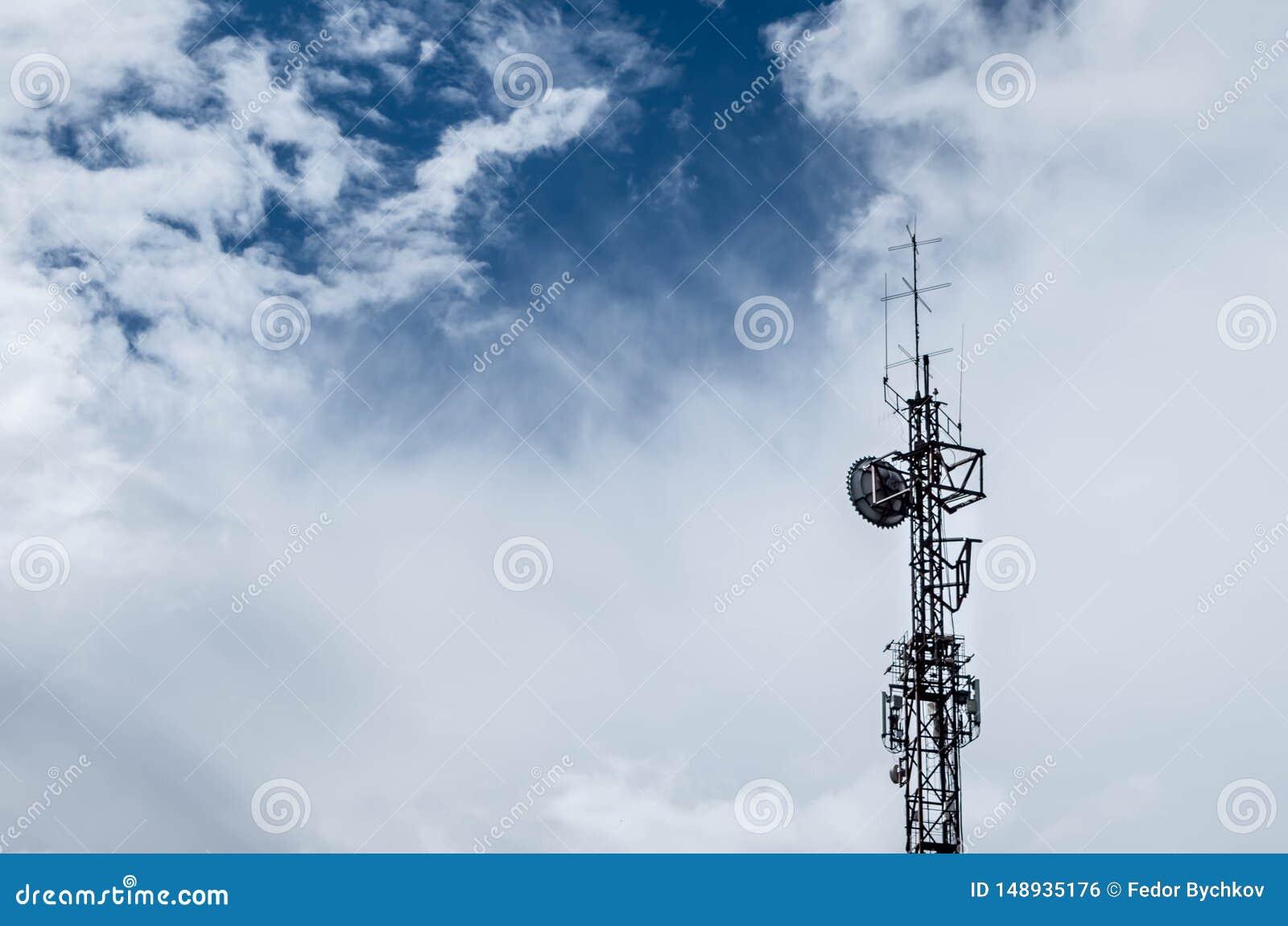 Wierza z antenami i chmurami