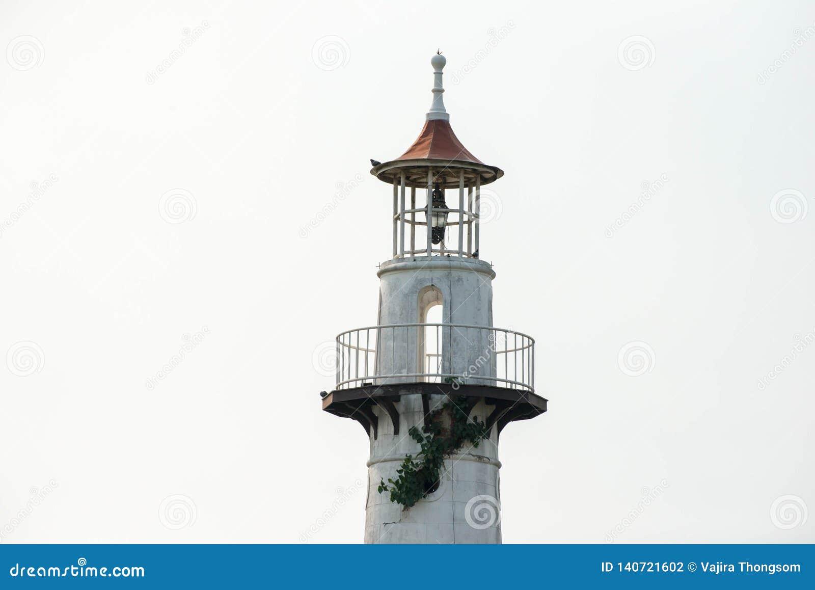 Wierzchołek zaniechana 1800 s latarnia morska przy dennym brzeg