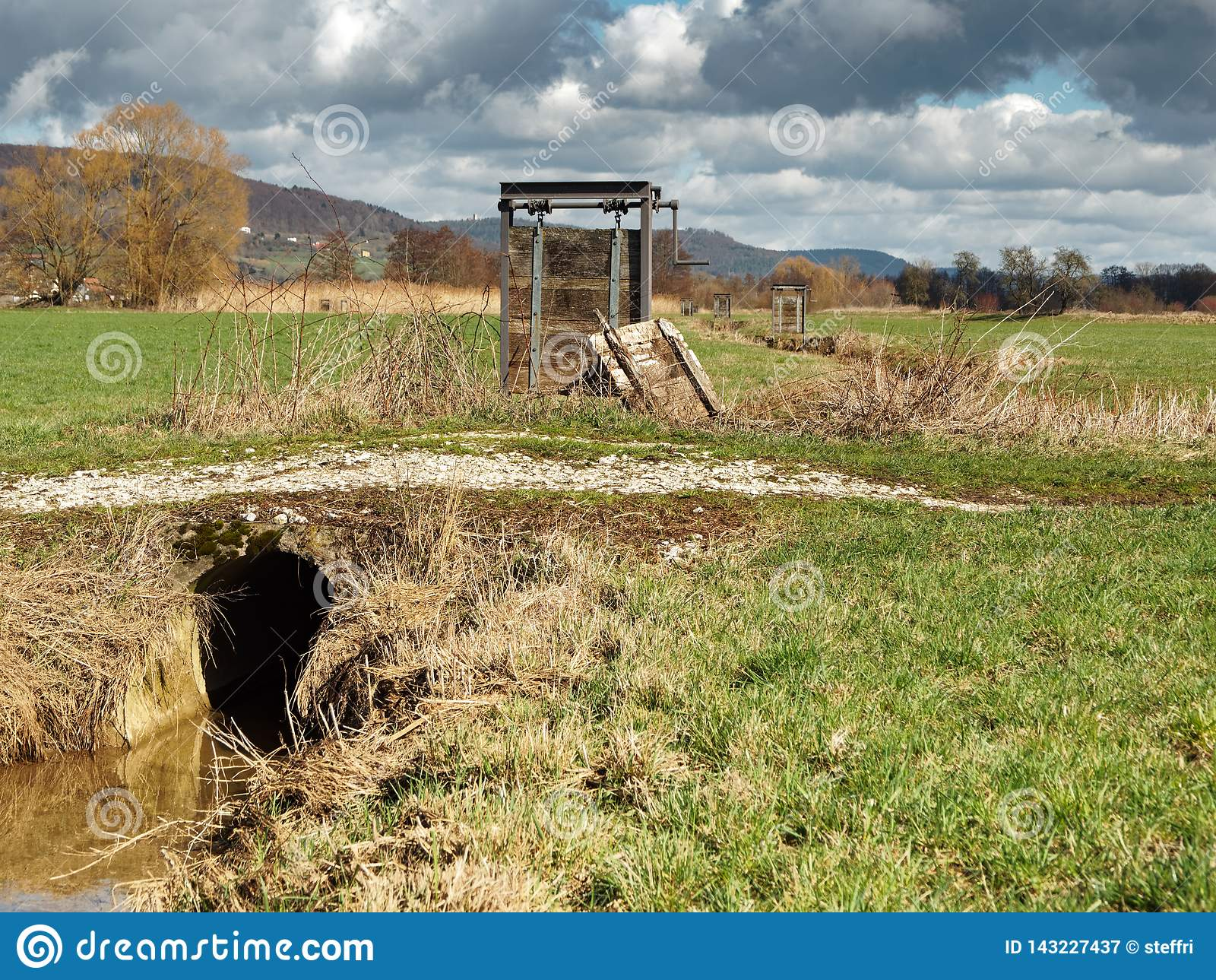 Wiesenbewässerungswehr nahe Forchheim Franconia, Deutschland