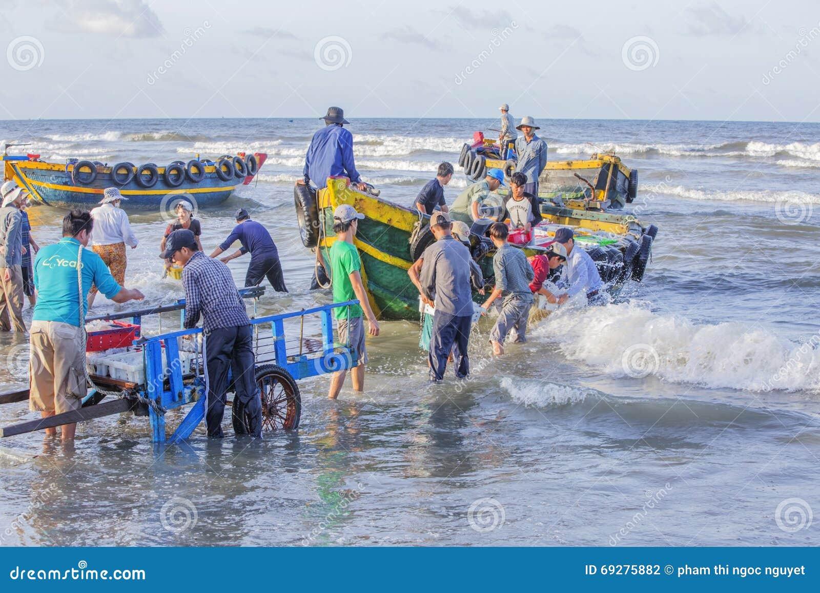 Wietnamscy ludzie pracuje na plaży
