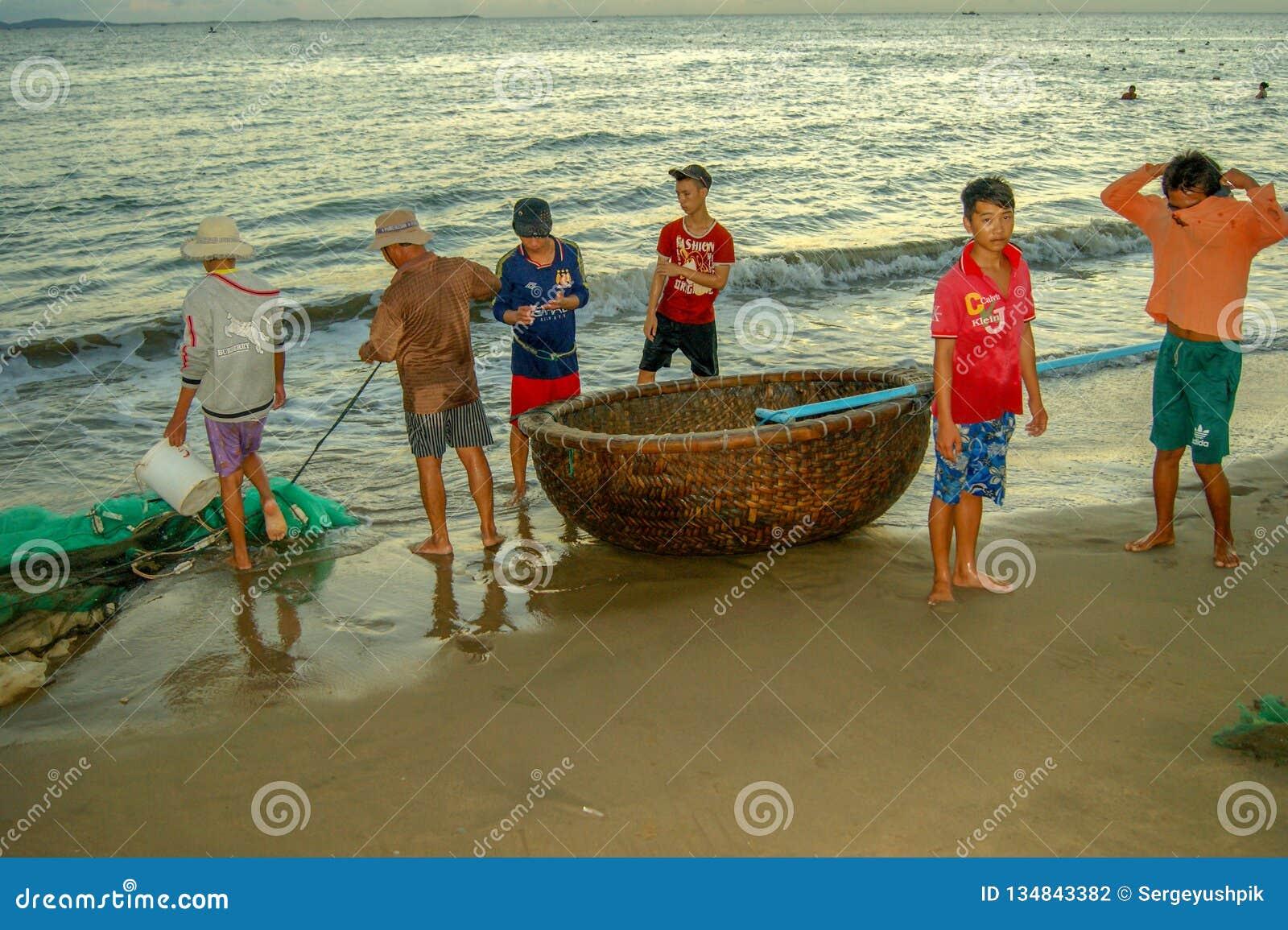 Wietnamscy rybacy przed iść morze