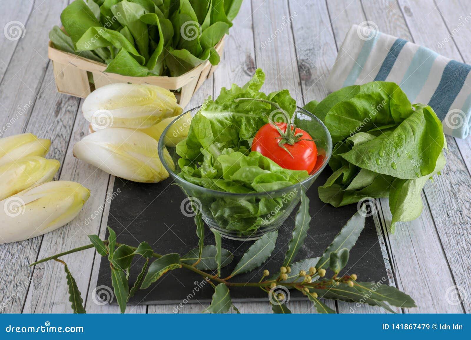 ?wiezi warzywa na drewnianym stole