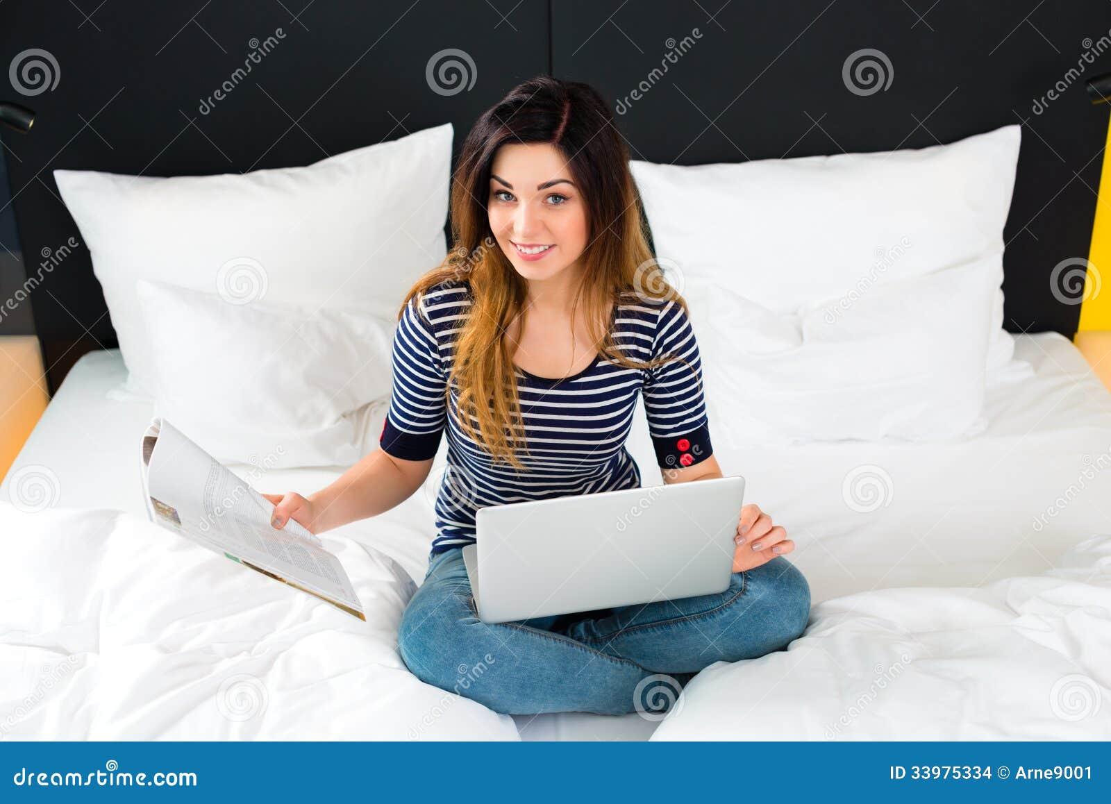 情趣在旅馆里在少妇与wifi和计算机床上大乳房图片