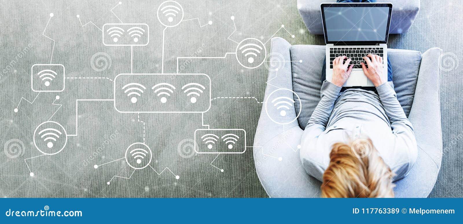 WiFi mit dem Mann, der einen Laptop verwendet