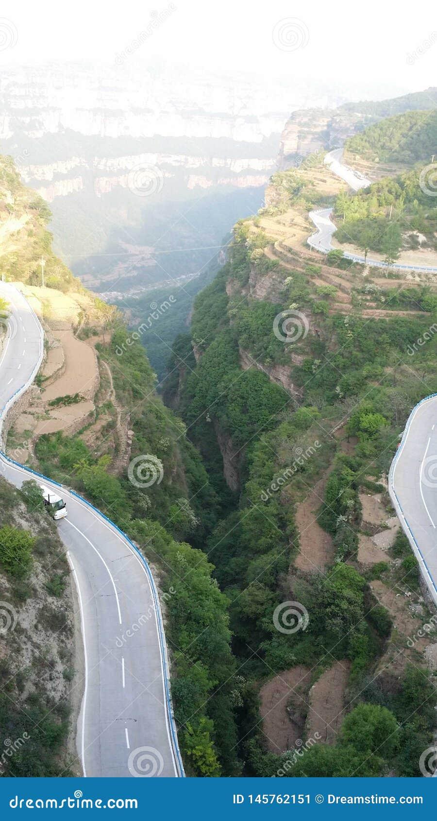 Wijąca halna droga przy krawędzią dolina