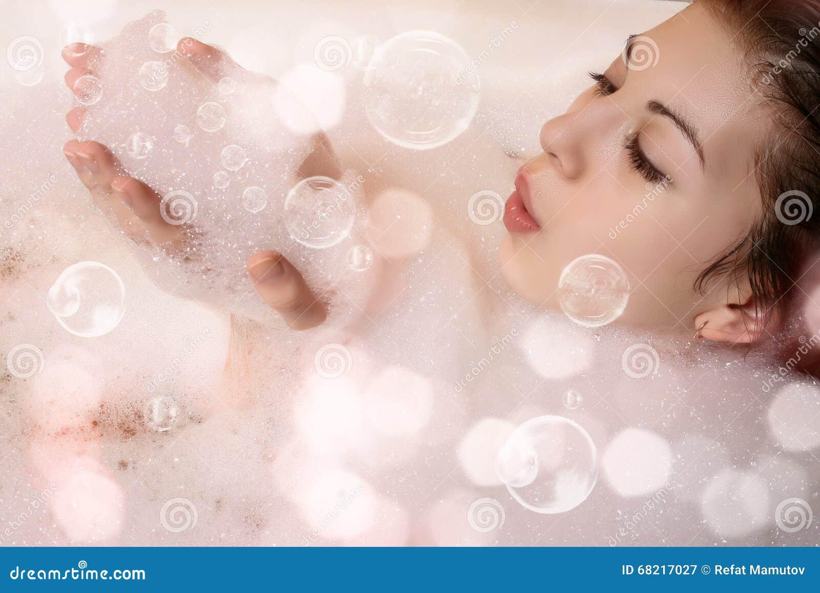 Wijfje in bad met schuim