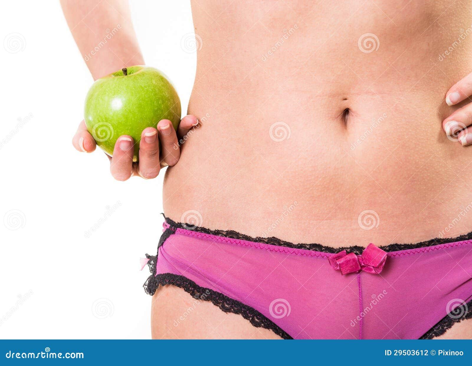 Wijfje met perfecte lichaam en appel ter beschikking