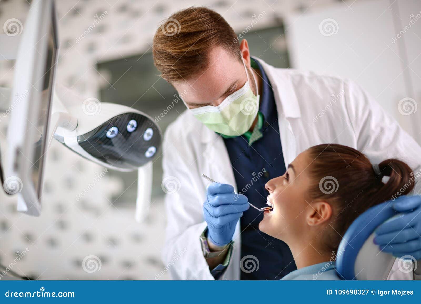 Wijfje op tandcontrole omhoog