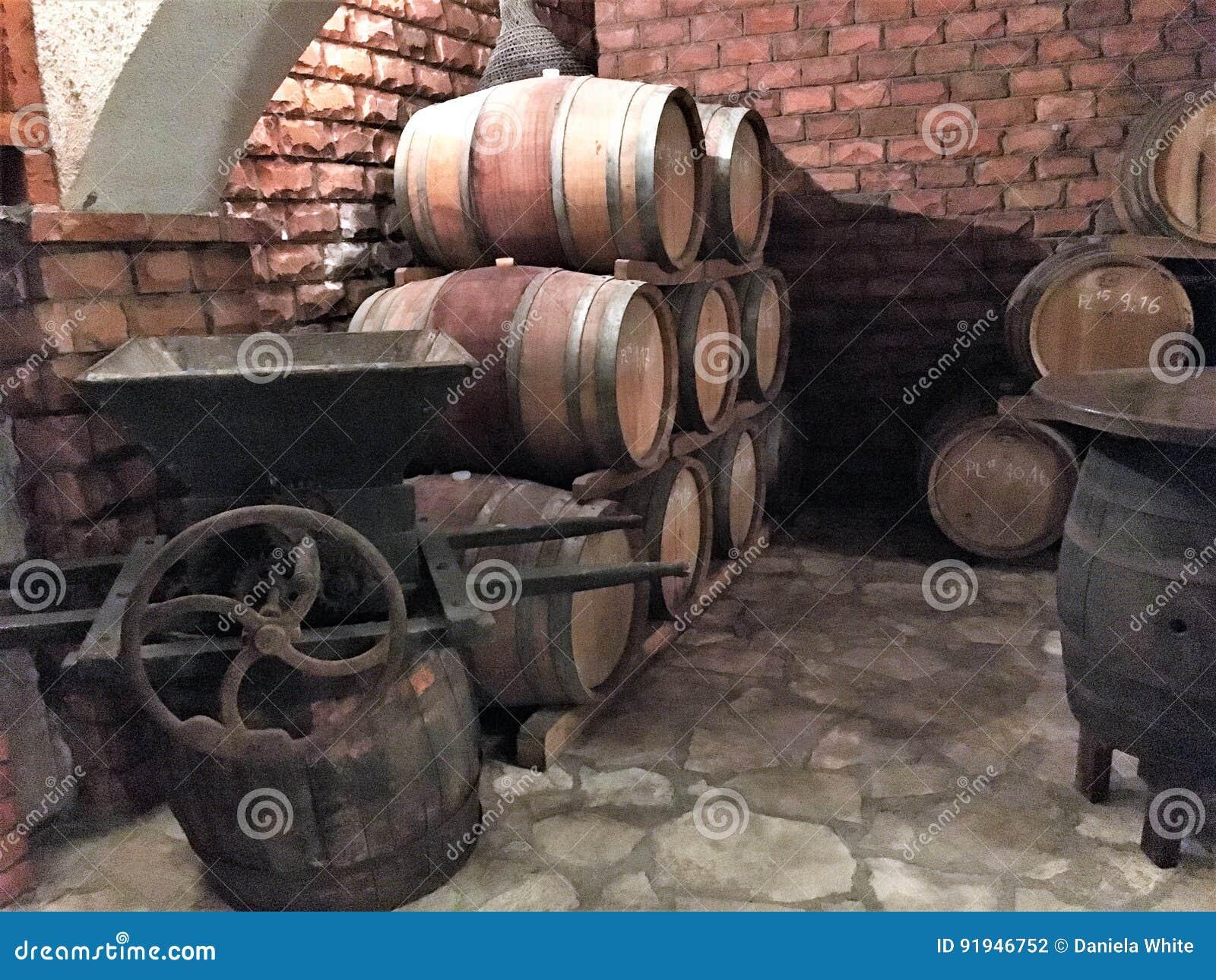 Wijn die in vaten in een kelder verouderen
