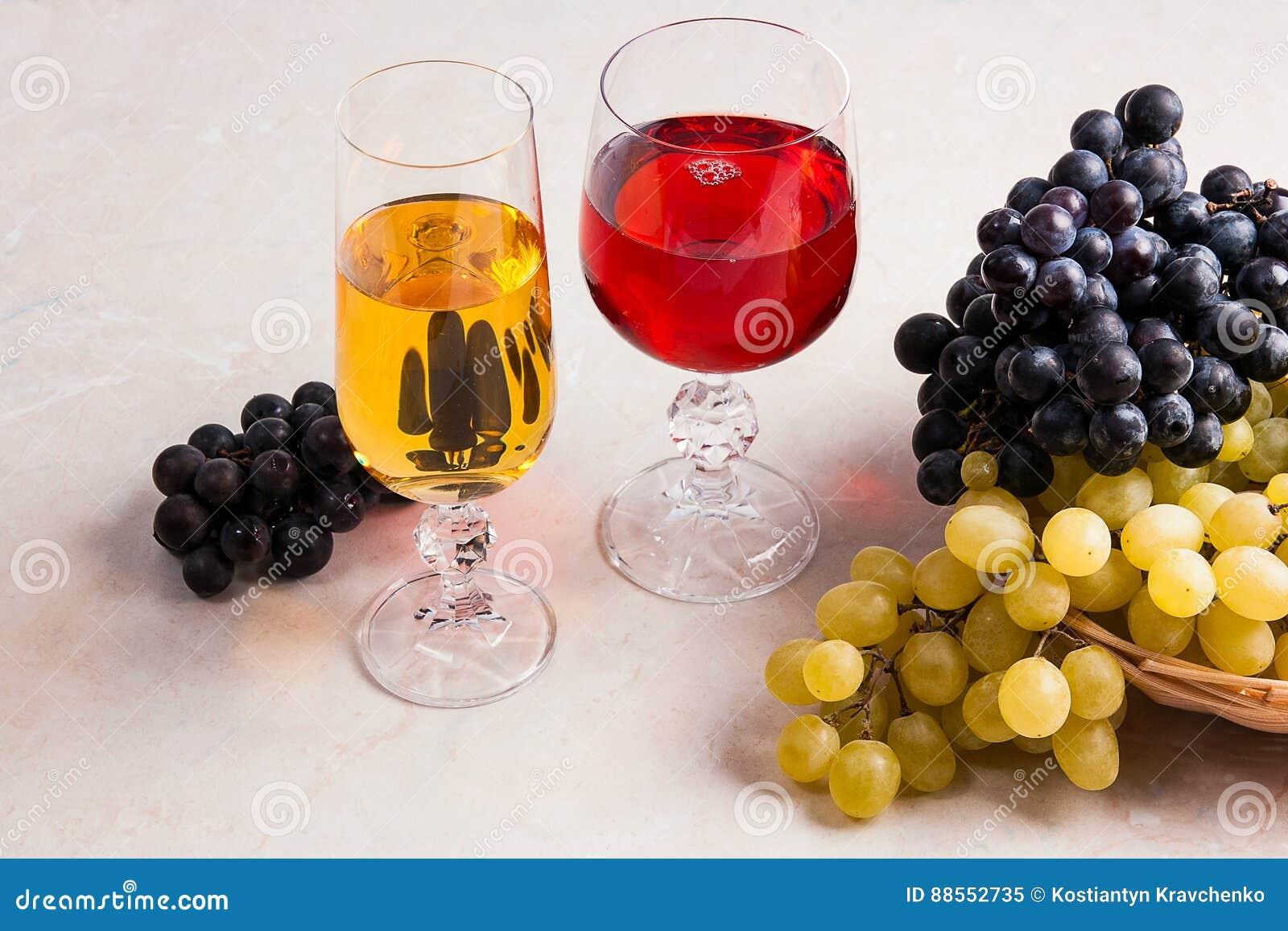 Lichte Rode Wijn : Wijn en druiven witte en rode wijn in glazen op lichte marmeren b