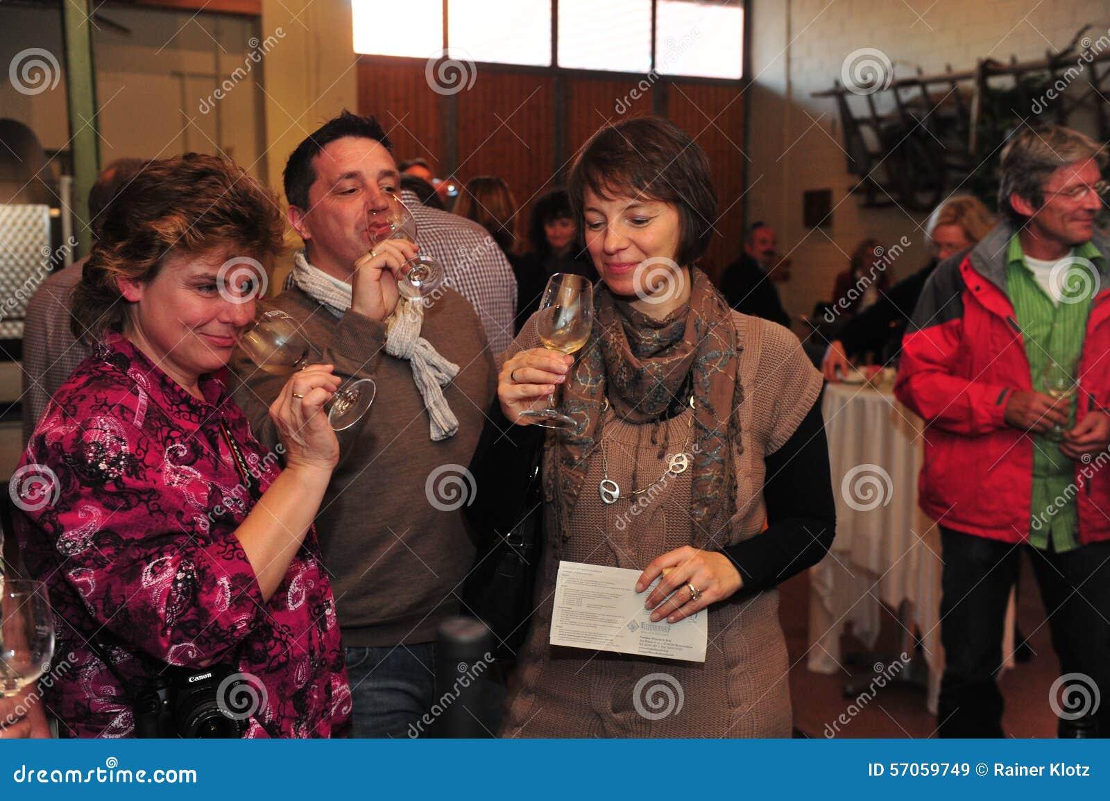 Wijn proevende mensen