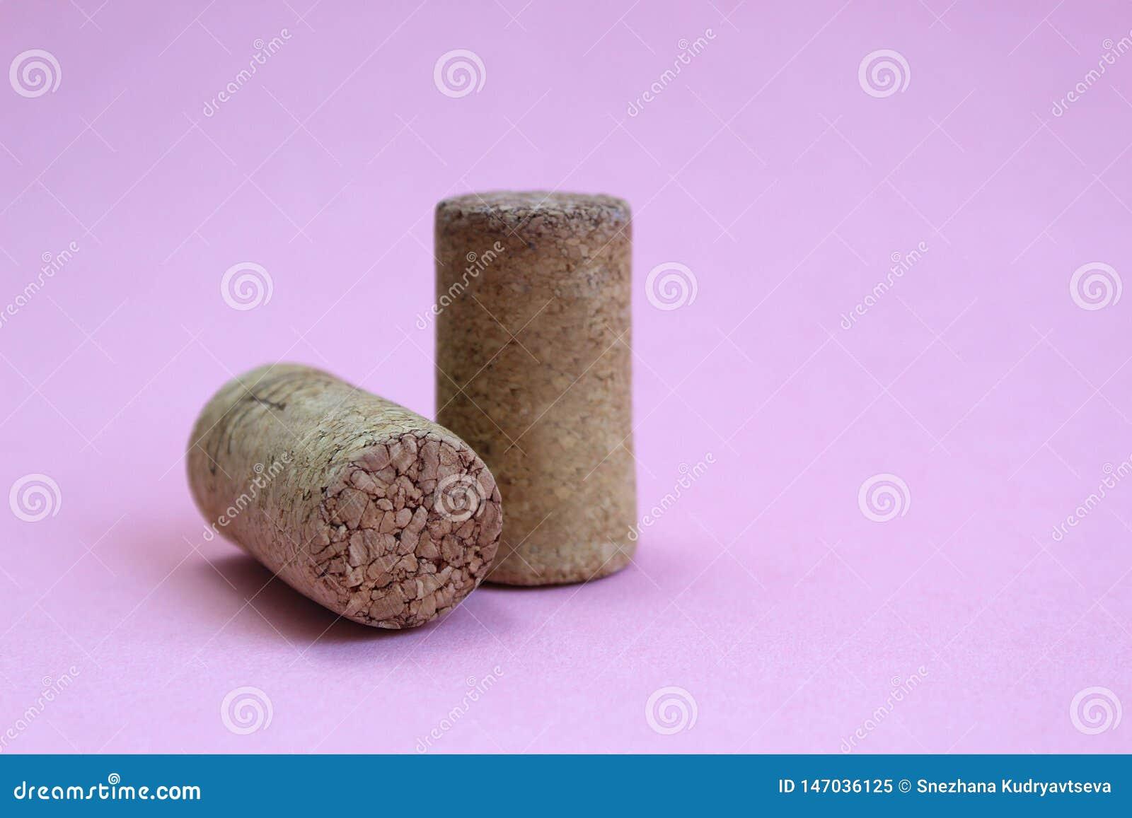 Wijncork twee stukken op een roze achtergrond