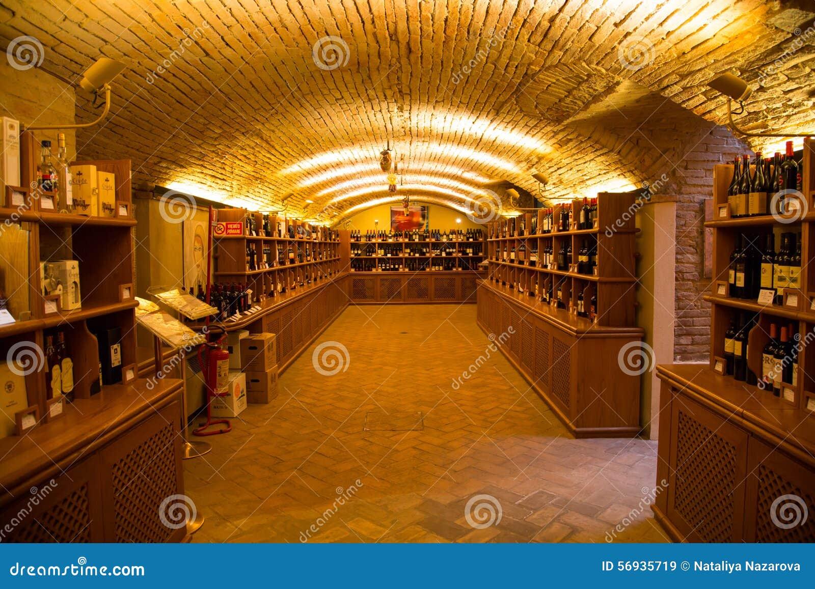 wijnkelder italiaanse wijnflessen authentieke wijnoogst winkel afbeelding