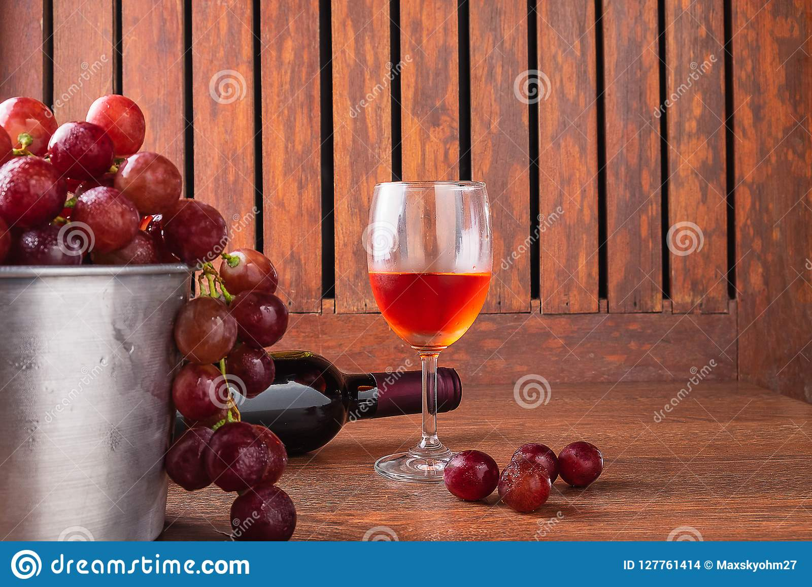 Wijnglas en Wijnfles met Rode Druiven op Houten Achtergrond