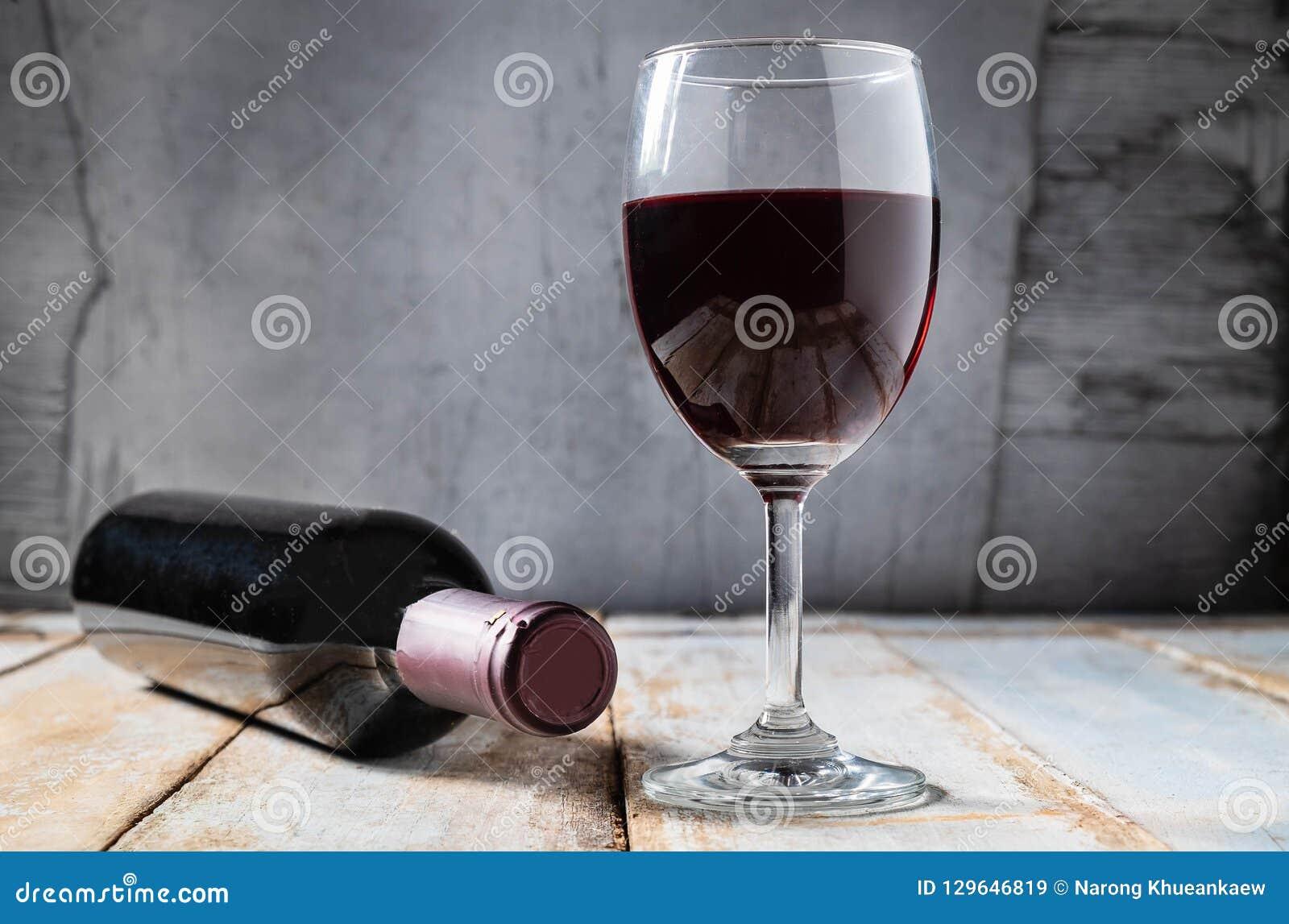 Wijnglas en Wijnfles op Oude Houten Achtergrond