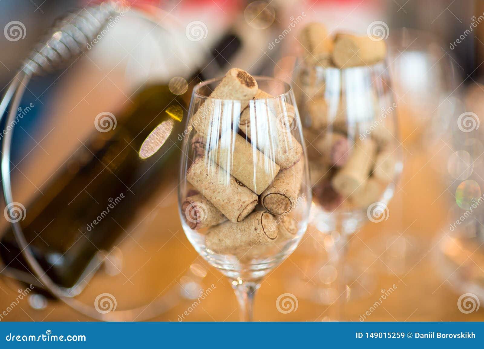 Wijnglazen met cork worden gevuld die