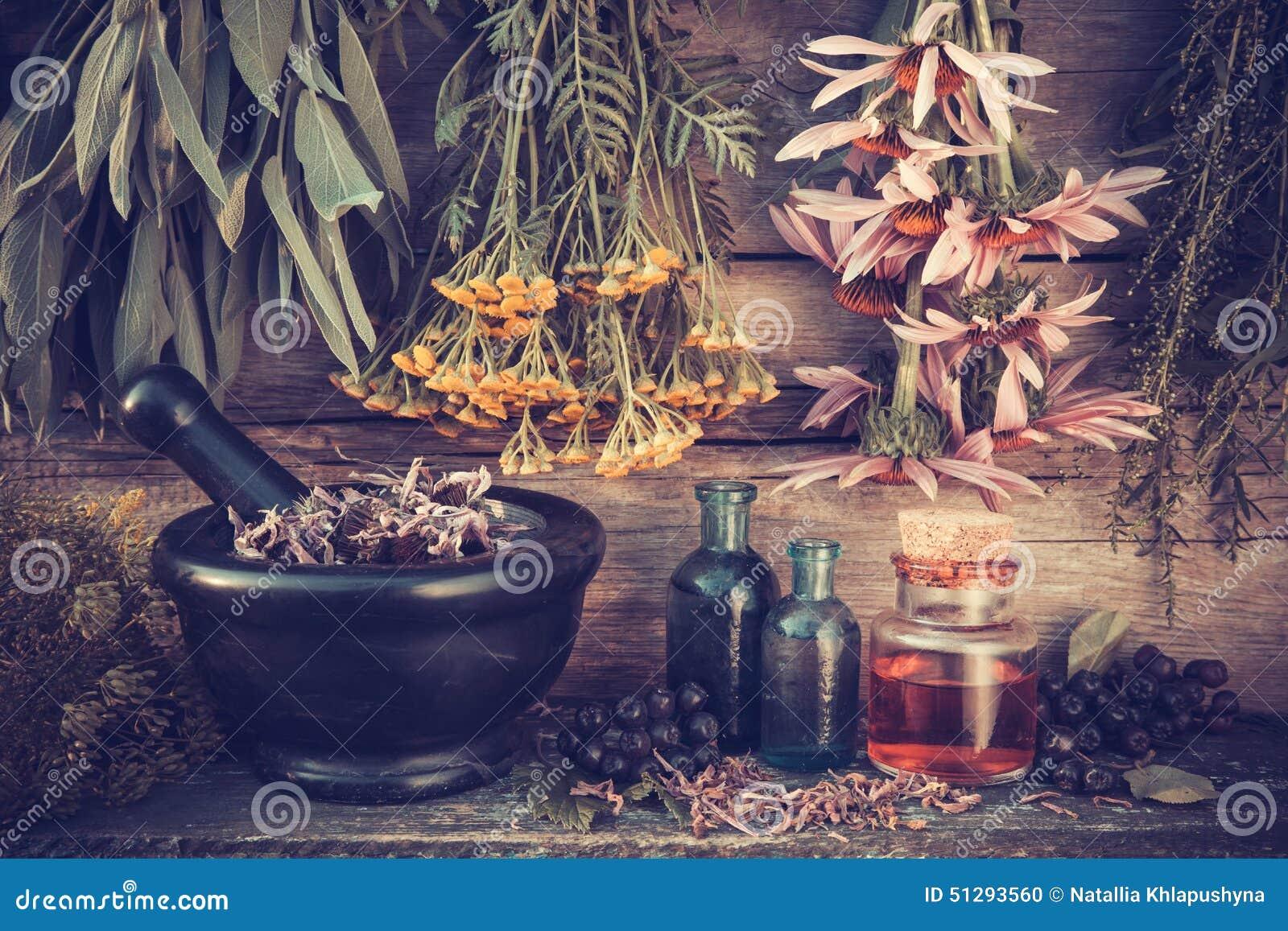 Wijnoogst gestileerde foto van het helen van kruidenbossen en mortier
